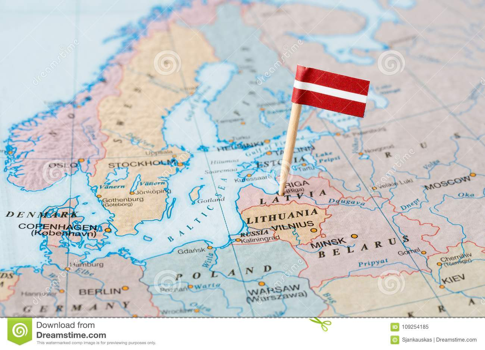 Lettland Karta Europa.Lettland Flaggastift Pa Oversikt Fotografering For Bildbyraer Bild