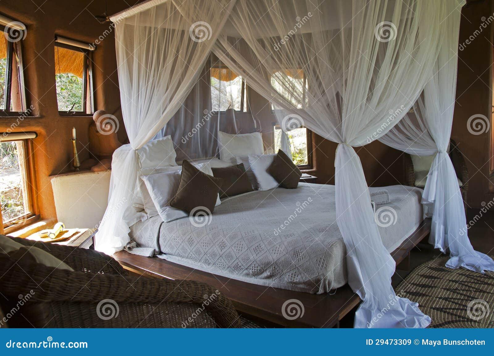 Romantico Letto A Baldacchino.Letto A Baldacchino In Una Casetta Africana Immagine Stock