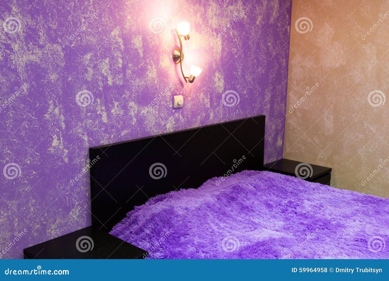 Letto in camera da letto in tonalit del lill fotografia - Camera da letto lilla ...