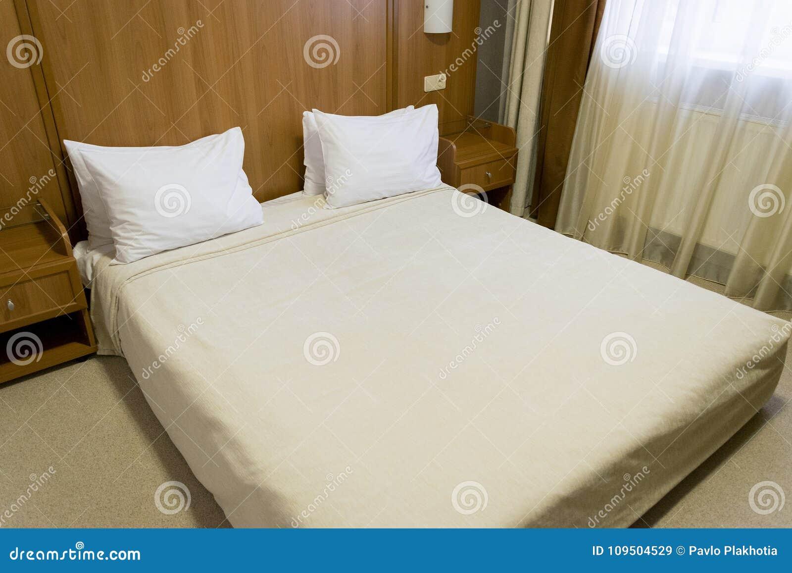 Camera Da Letto Legno Moderna : Letto comodo con il copriletto ed i cuscini bianchi testata di