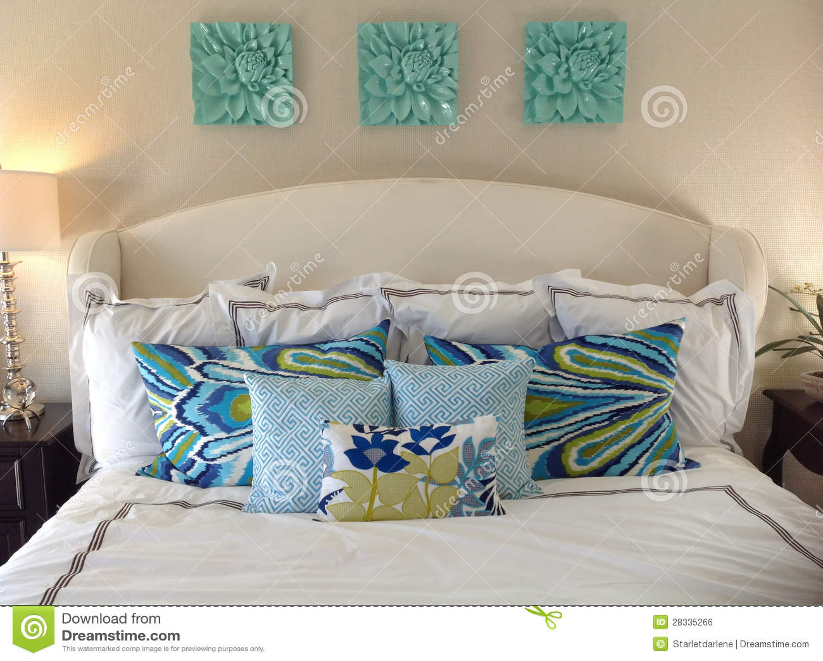 Letto con i cuscini fotografia stock. Immagine di progettista - 28335266