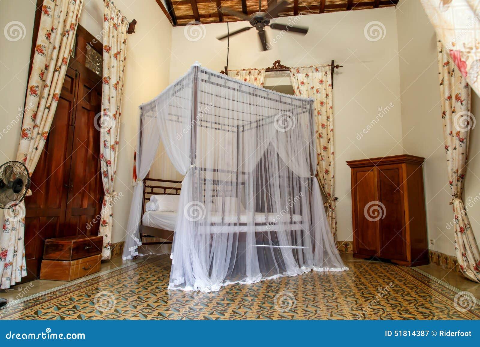 Letto con zanzariera in una stanza immagine stock - Zanzariera da letto ...