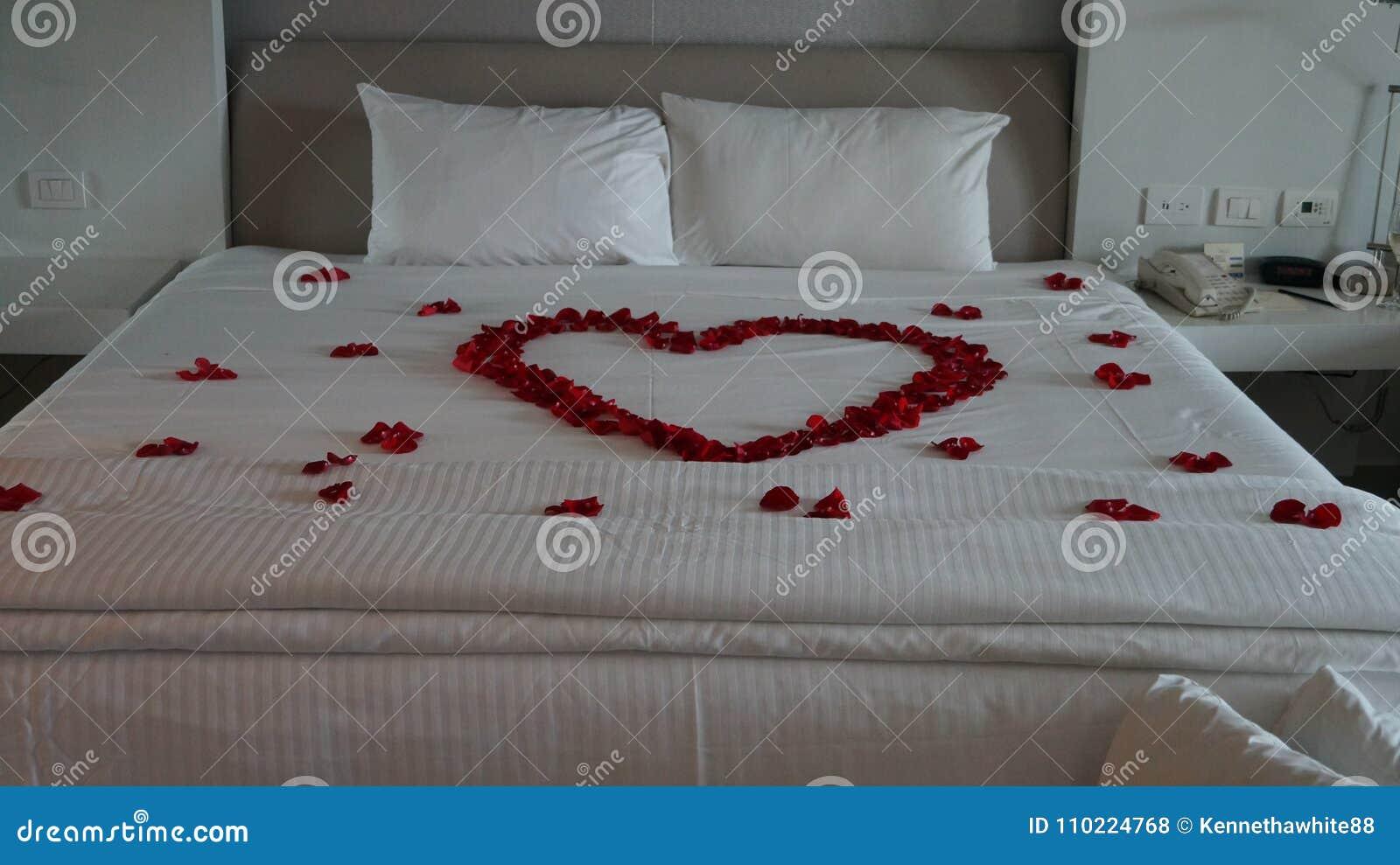 Letto Decorato Con Le Rose Rosse Sotto Forma Di Un Cuore ...