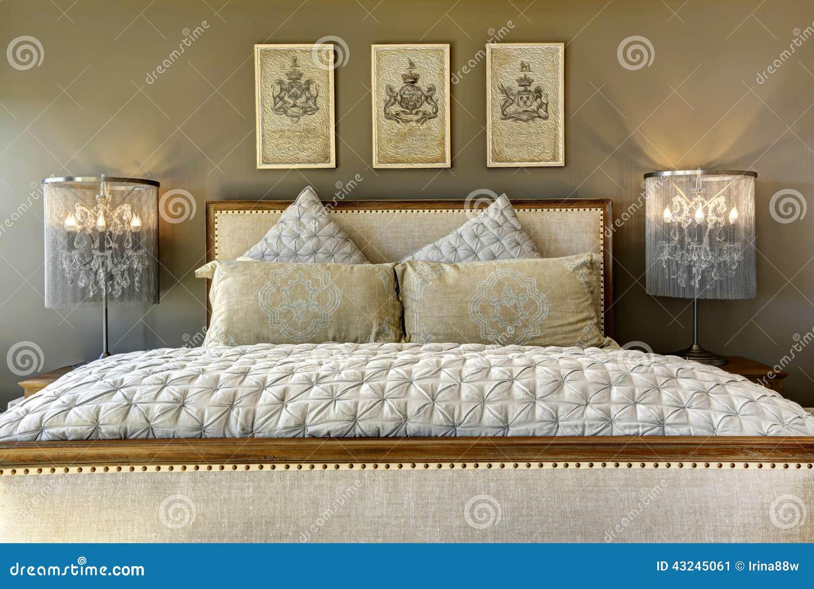 Letto di legno scolpito lusso con i cuscini immagine stock immagine di pulito immagine 43245061 - Letto con cuscini ...