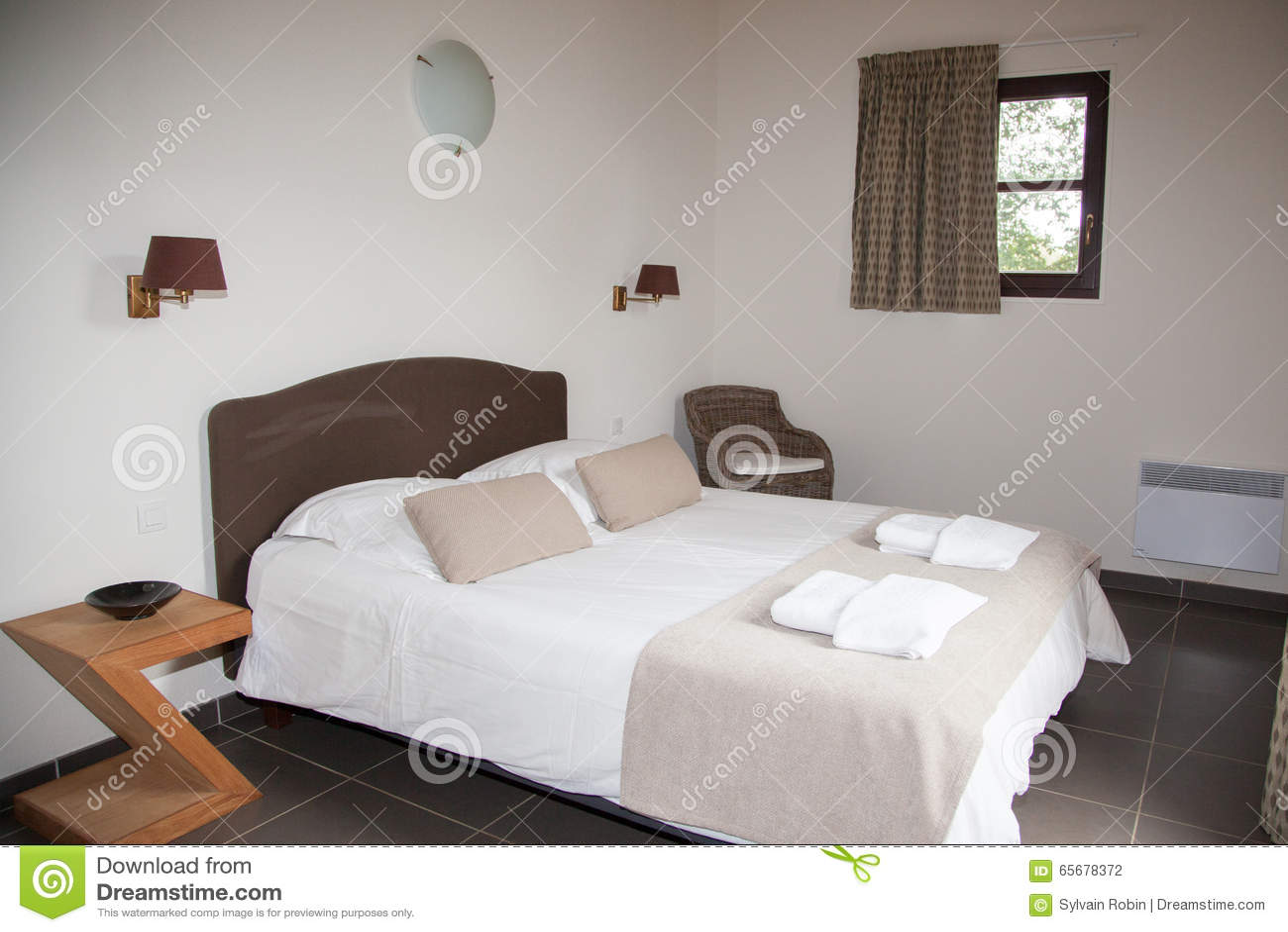 Lampadario Camera Da Letto Matrimoniale : Letto matrimoniale in camera da letto con la lampada di scrittorio