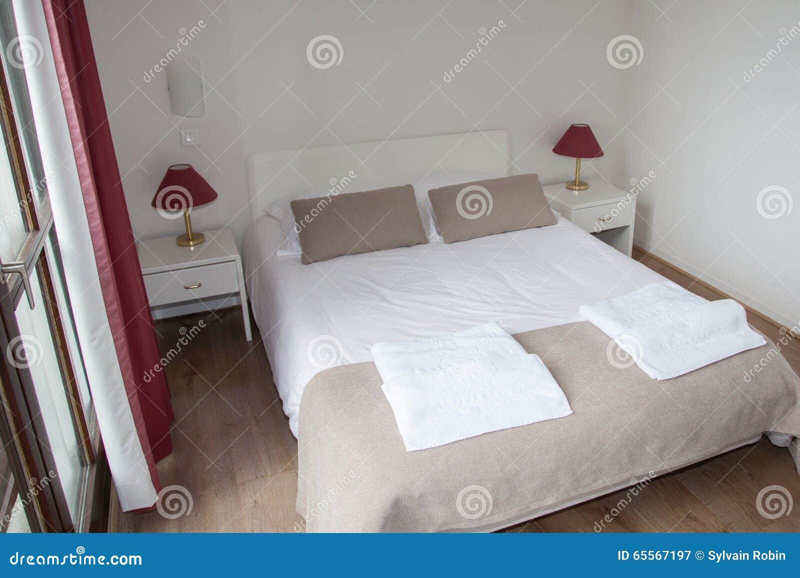 Lampadario Camera Da Letto Matrimoniale : Letto matrimoniale nella camera da letto con la lampada di