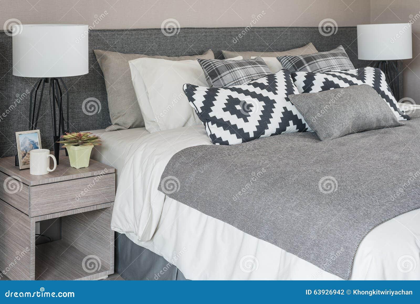 Letto moderno grigio con i cuscini in bianco e nero fotografia stock immagine di appartamento - Spalliera letto con cuscini ...
