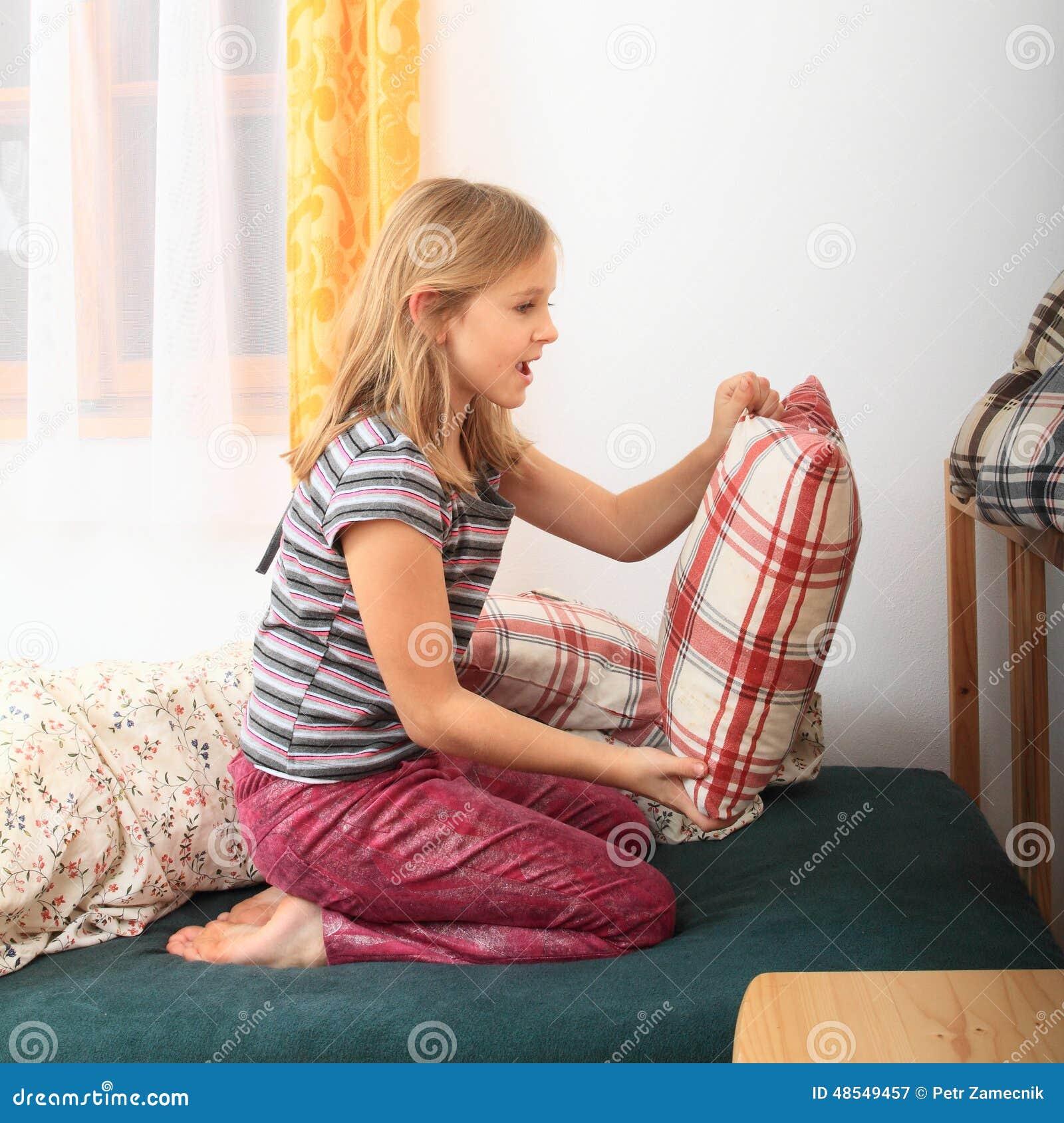 Letto prepairing della ragazza per dormire immagine stock immagine di sonno nudo 48549457 - Letto singolo ragazza ...