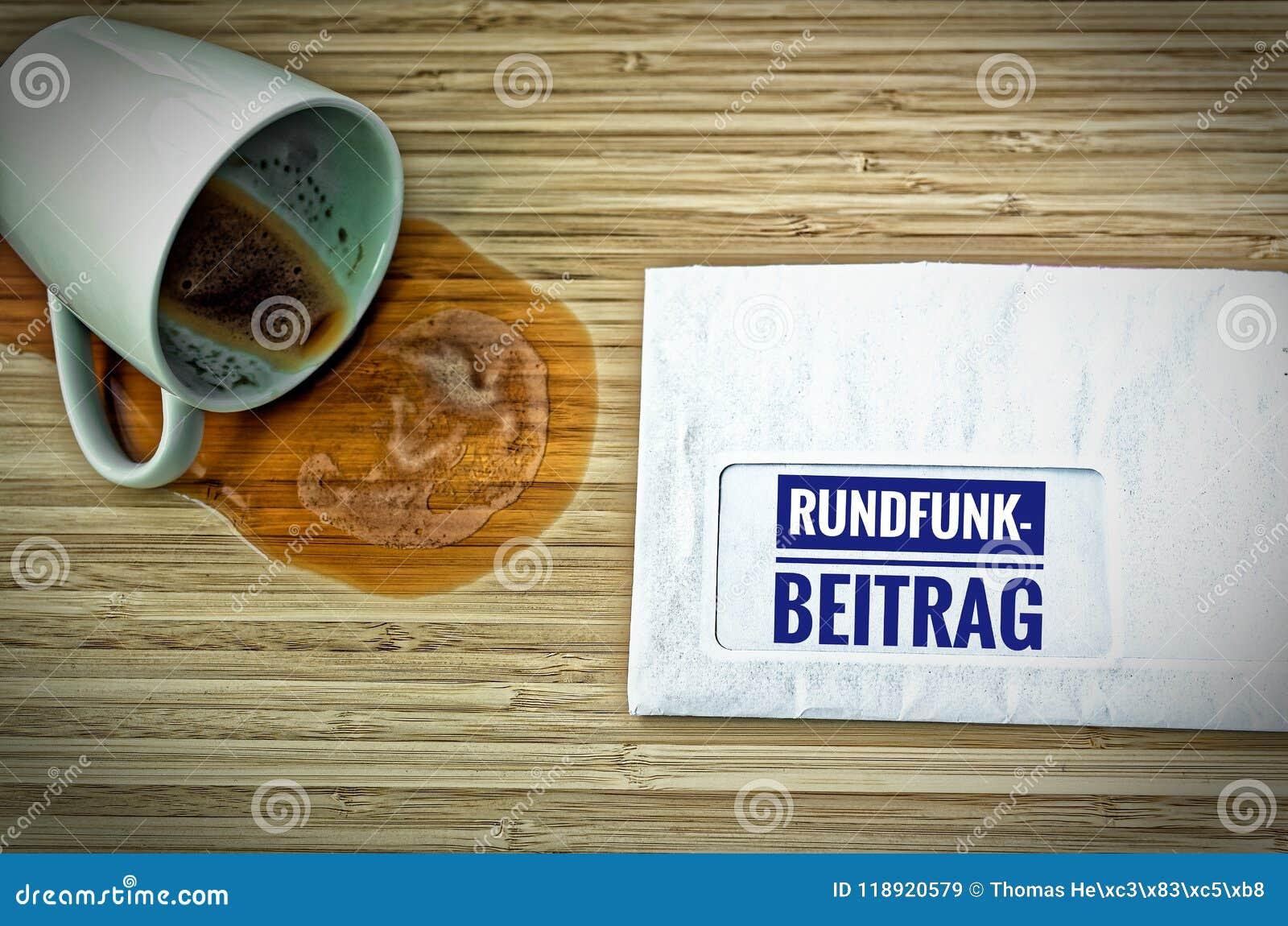 Lettre avec en l allemand Rundfunkbeitrag dans le courrier par radio anglais et une tasse de café vidée d effroi