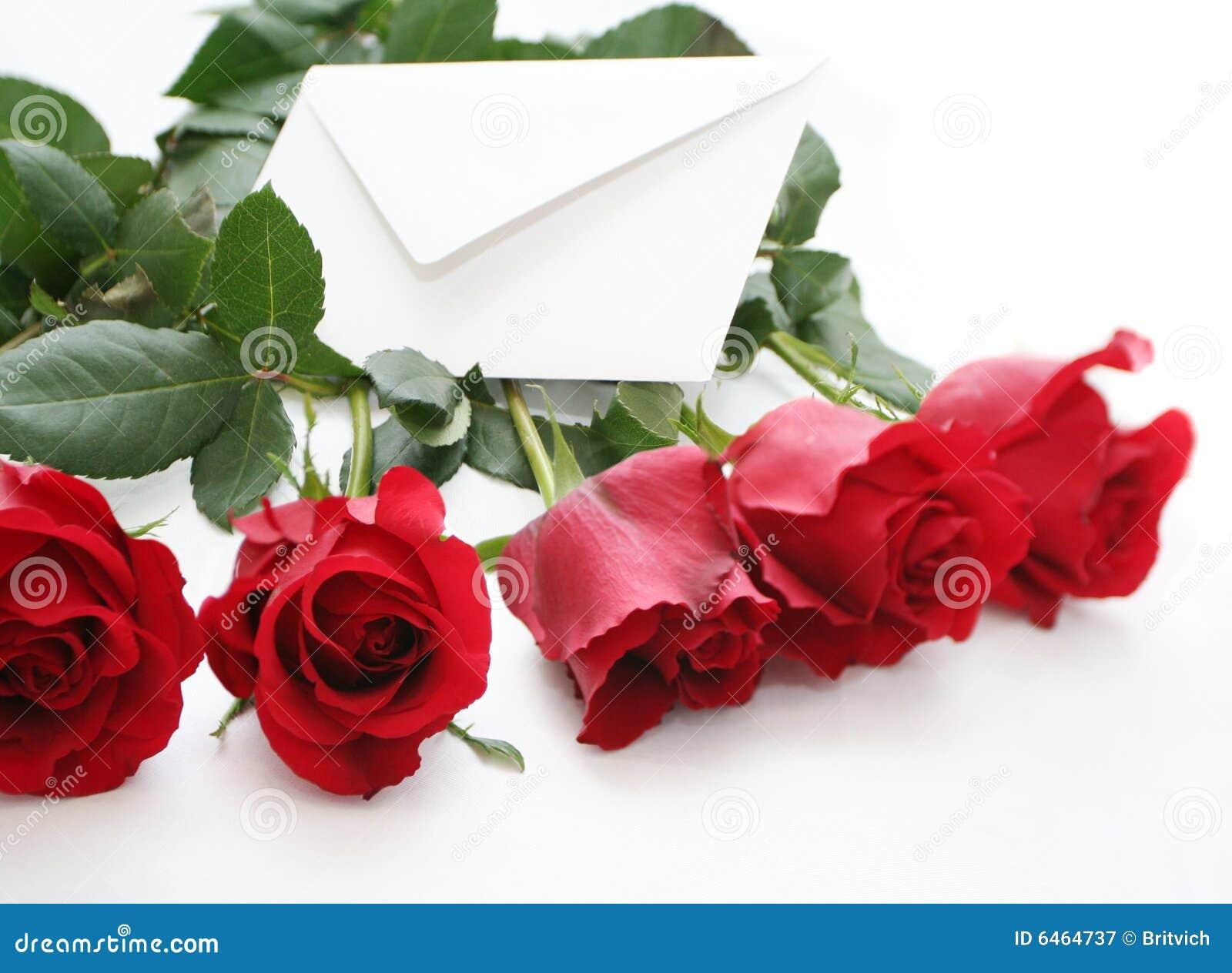 Lettre dans les roses rouges