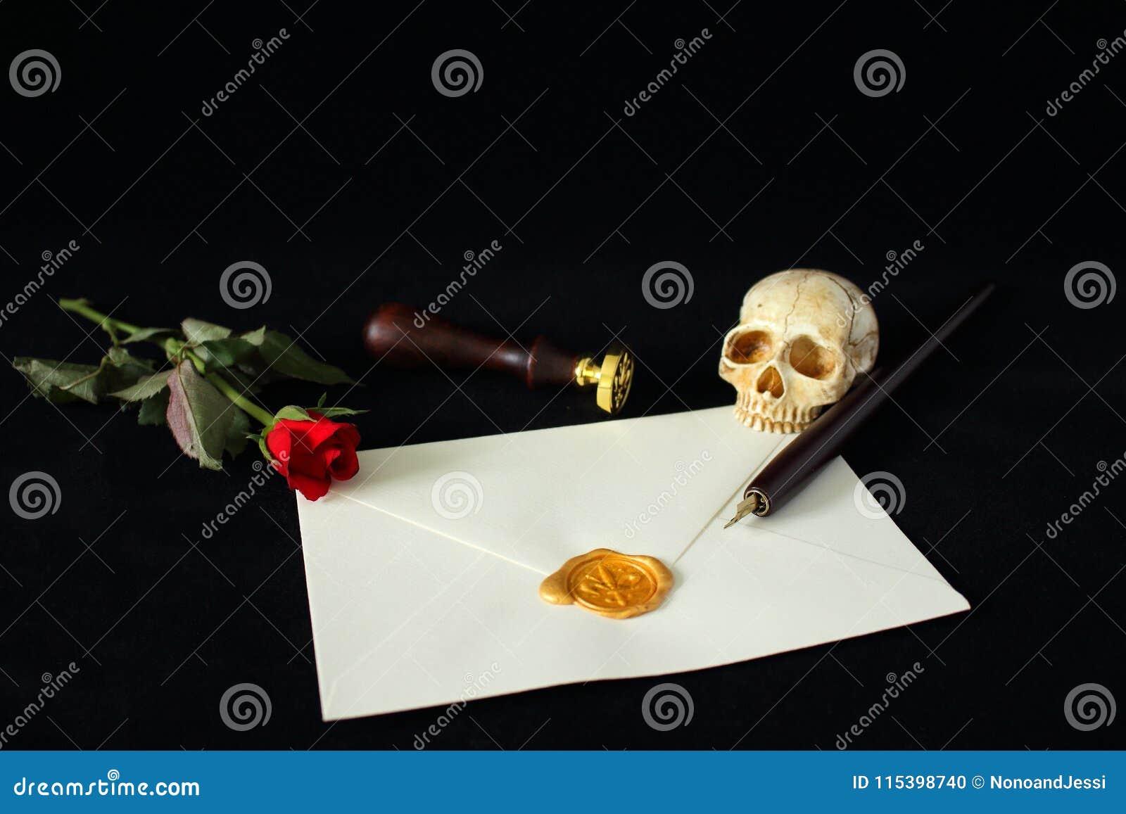 Lettre de message avec le seau sur le fond noir accompagné d une rose rouge et d un crâne humain mauvais