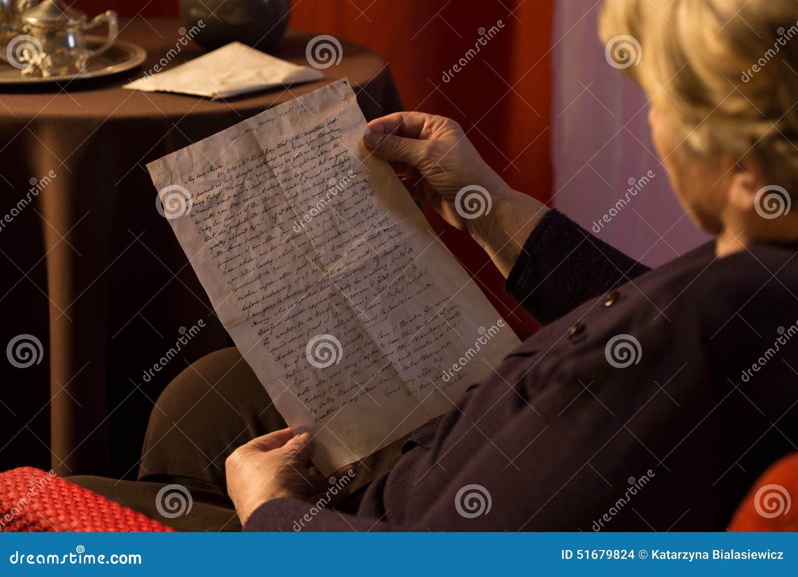 Lettre Jaunie Par Lecture Supérieure De Femme Photo Stock