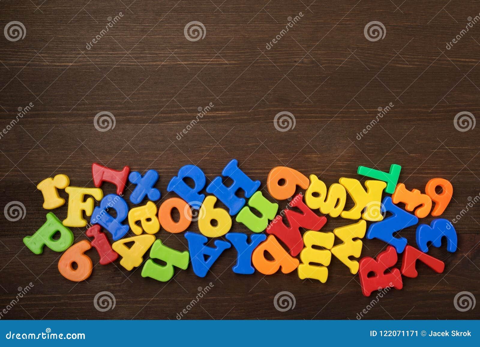 Lettres colorées sur le plan rapproché de fond