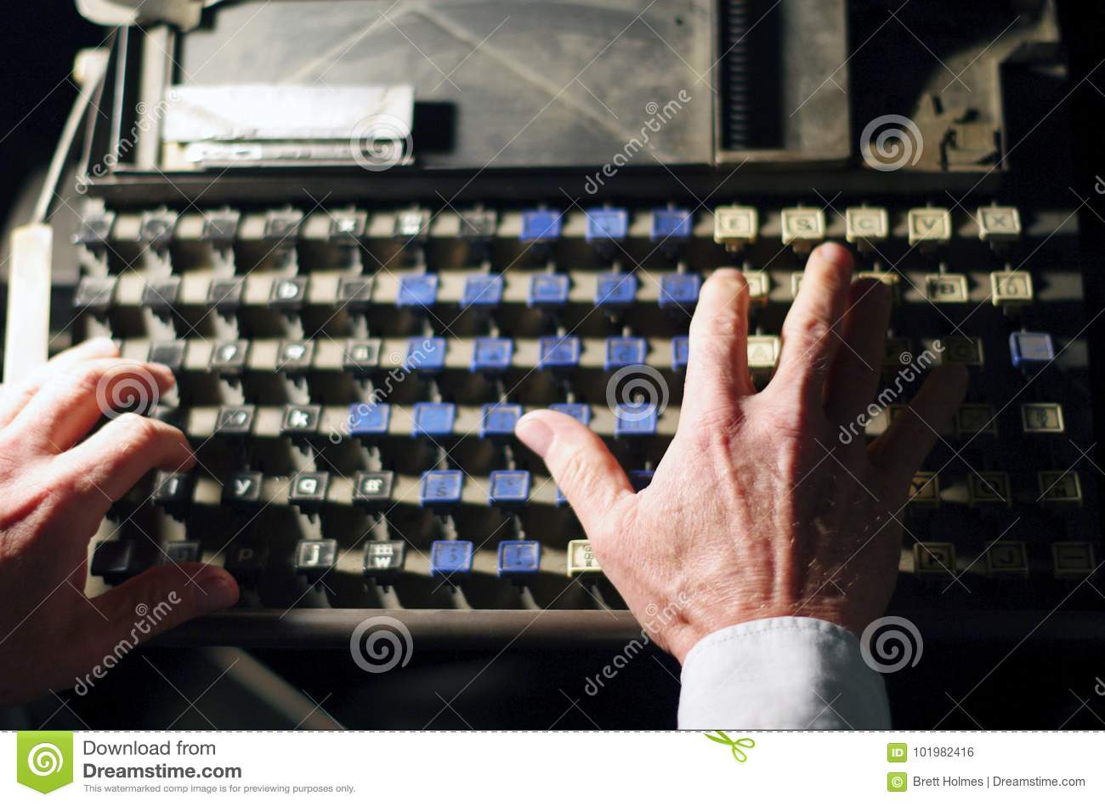 Lettres de clavier de linotype avec des mains d opérateur
