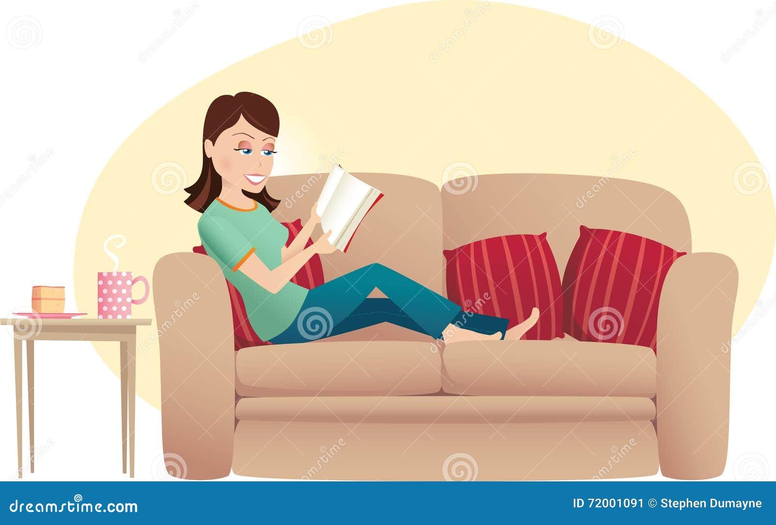 Lettura della donna sul sofà