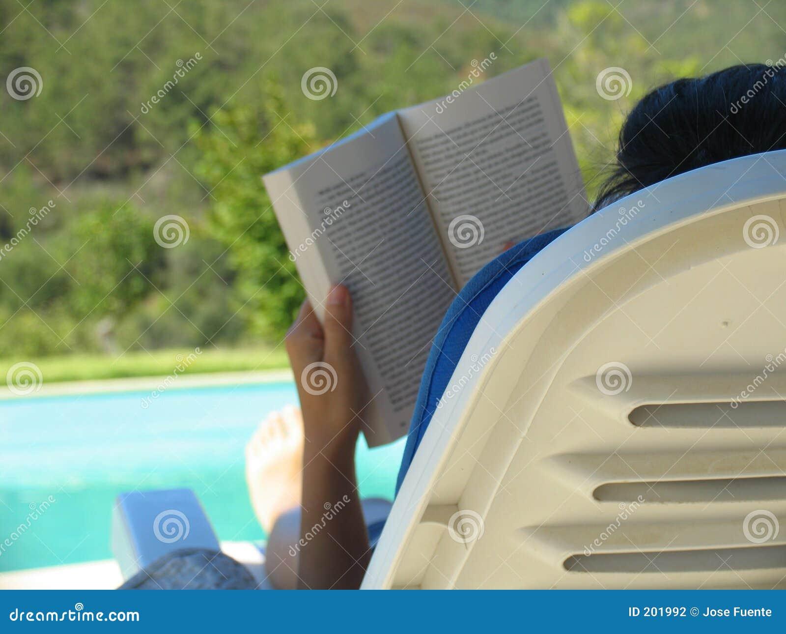 Download Lettura di estate fotografia stock. Immagine di distendasi - 201992