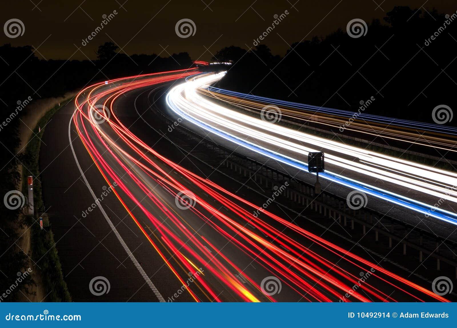 Leuchtespuren auf einer Autobahn nachts