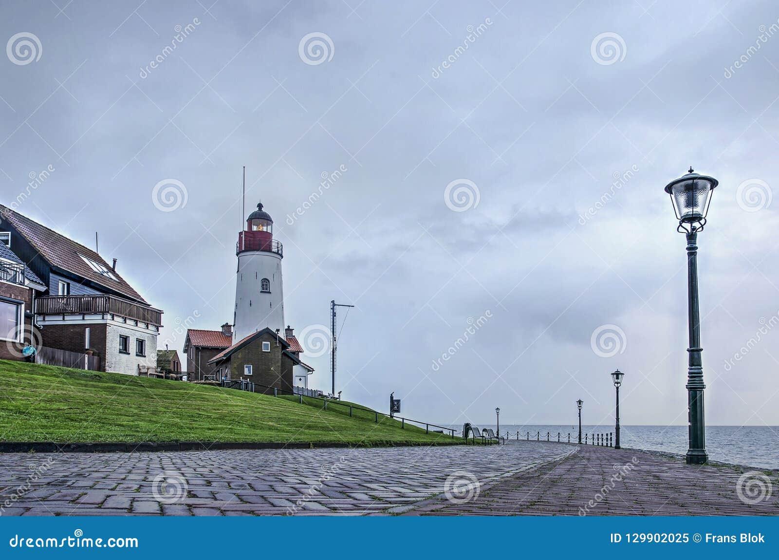 Leuchtturm auf dem Ufer von einem ehemaligen Meer