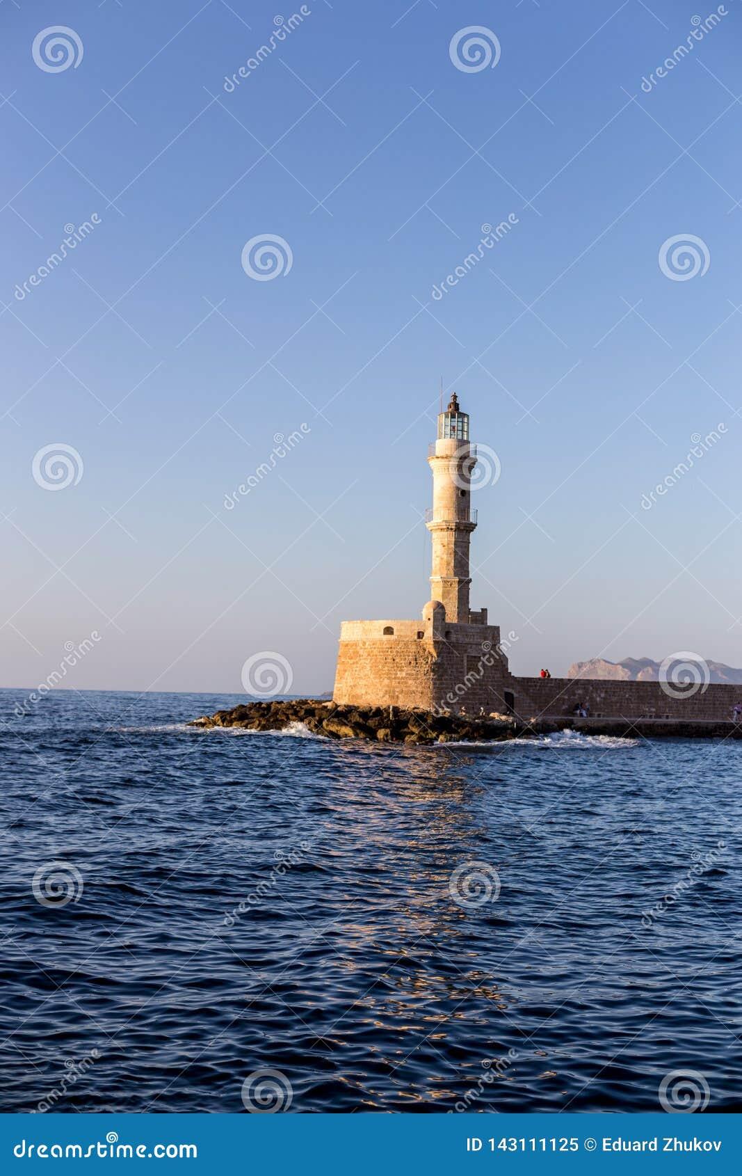 Leuchtturm im alten venetianischen Hafen in der goldenen Stunde Chania Kreta