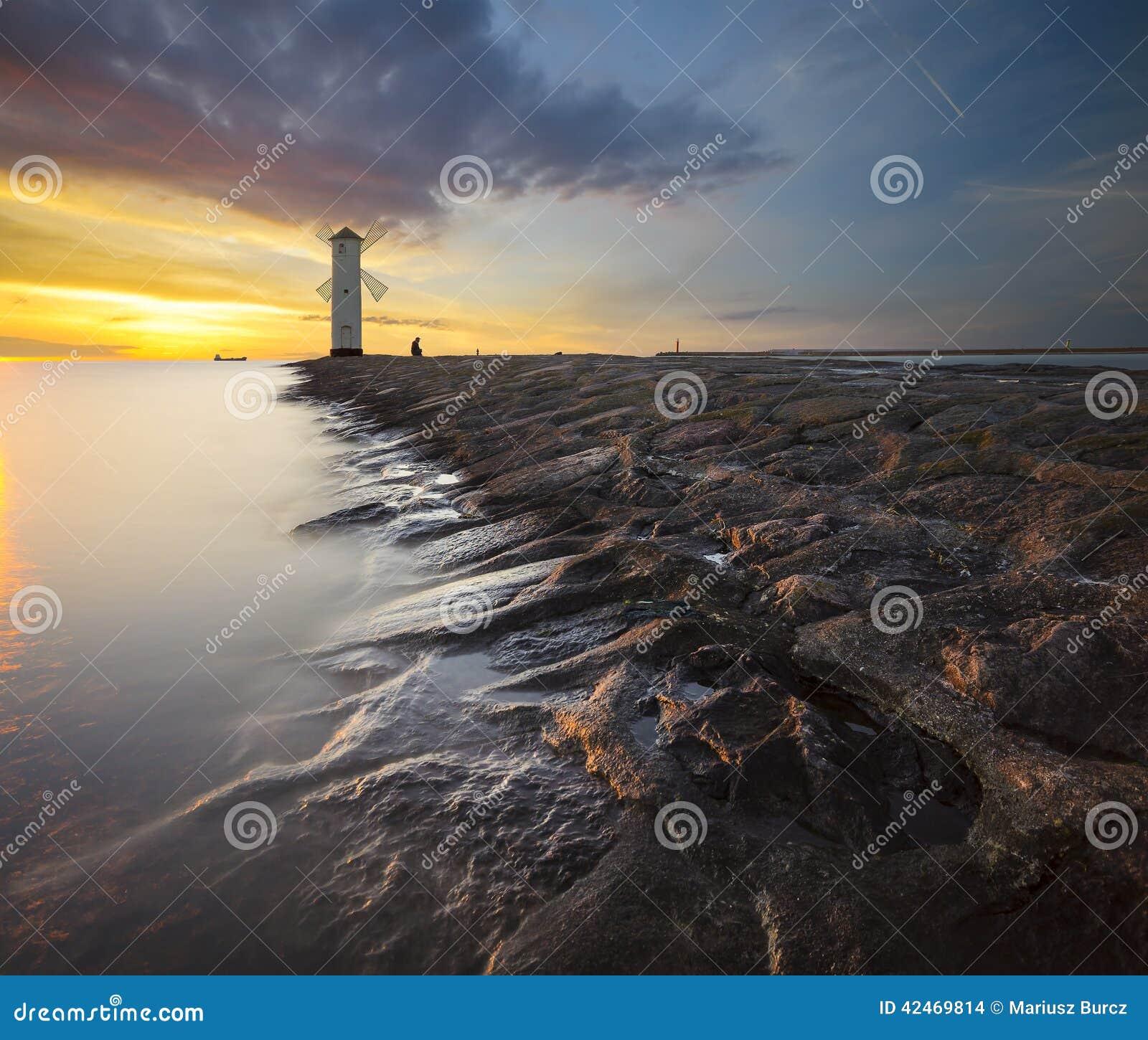 Leuchtturm im Sonnenunterganglicht