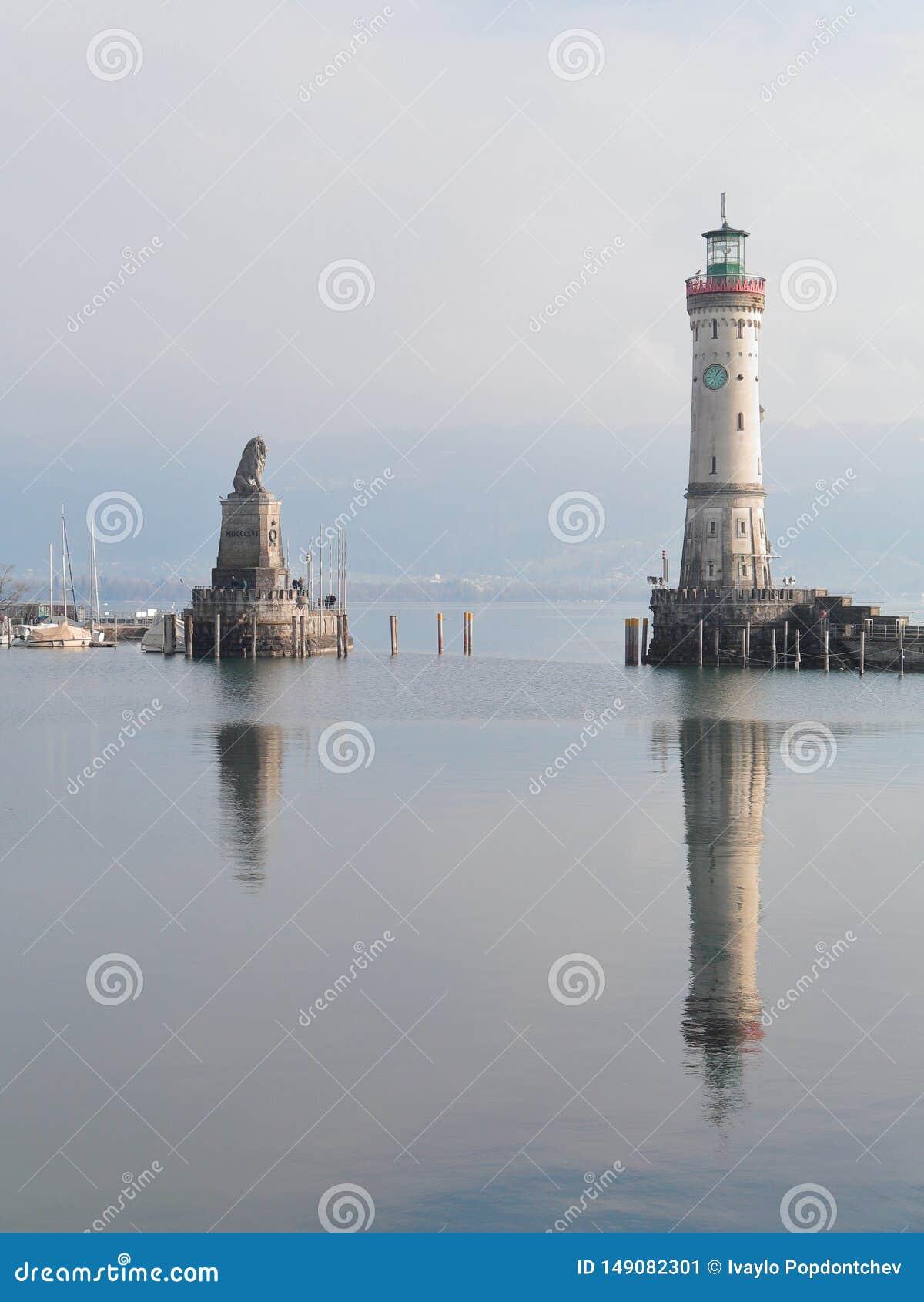 Leuchtturm und bayerischer Lion Monument am Eingang von Lindaus Hafen, Lindau, Bayern, Deutschland