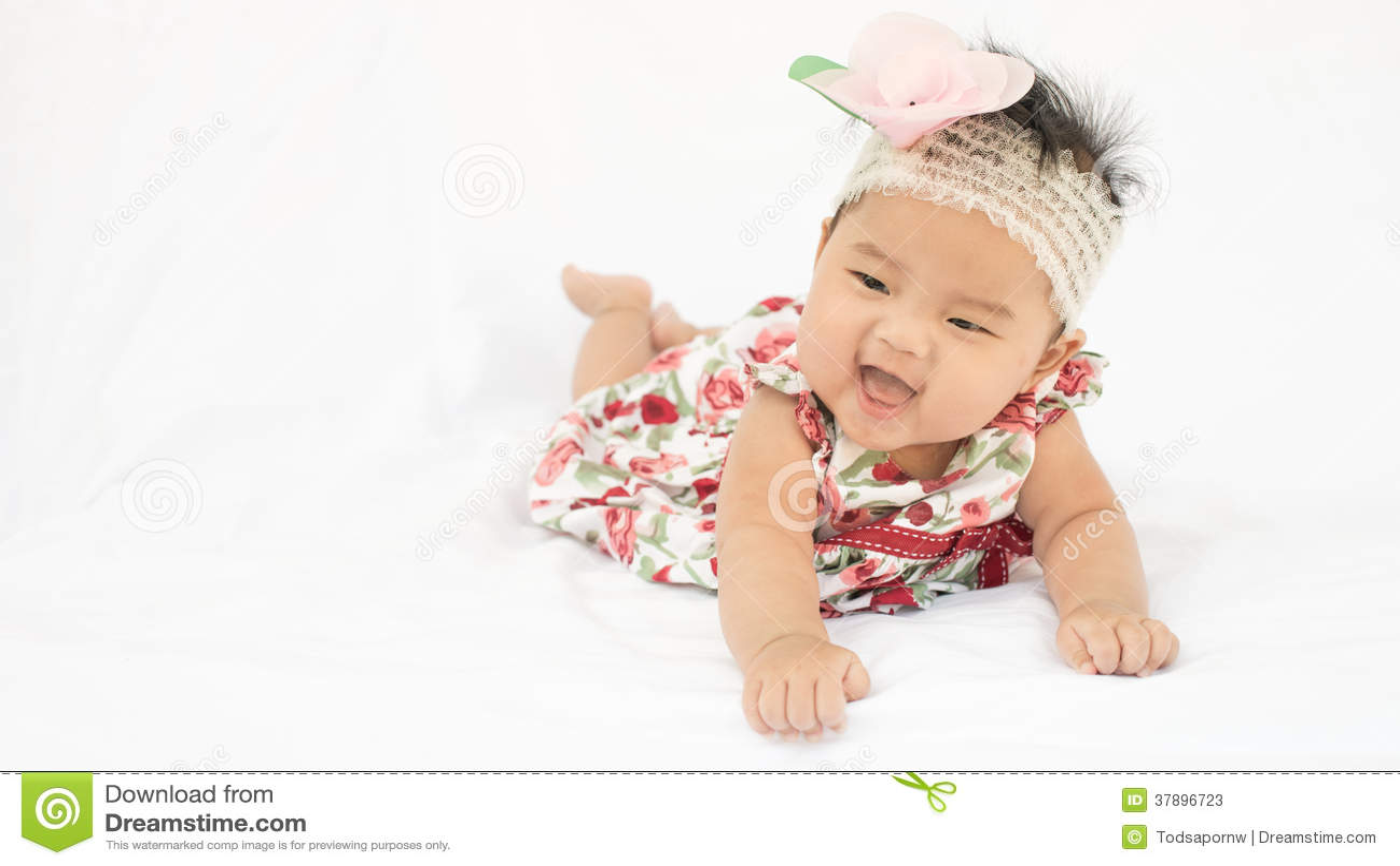Leuk baby glimlachend meisje met roze hoofdband