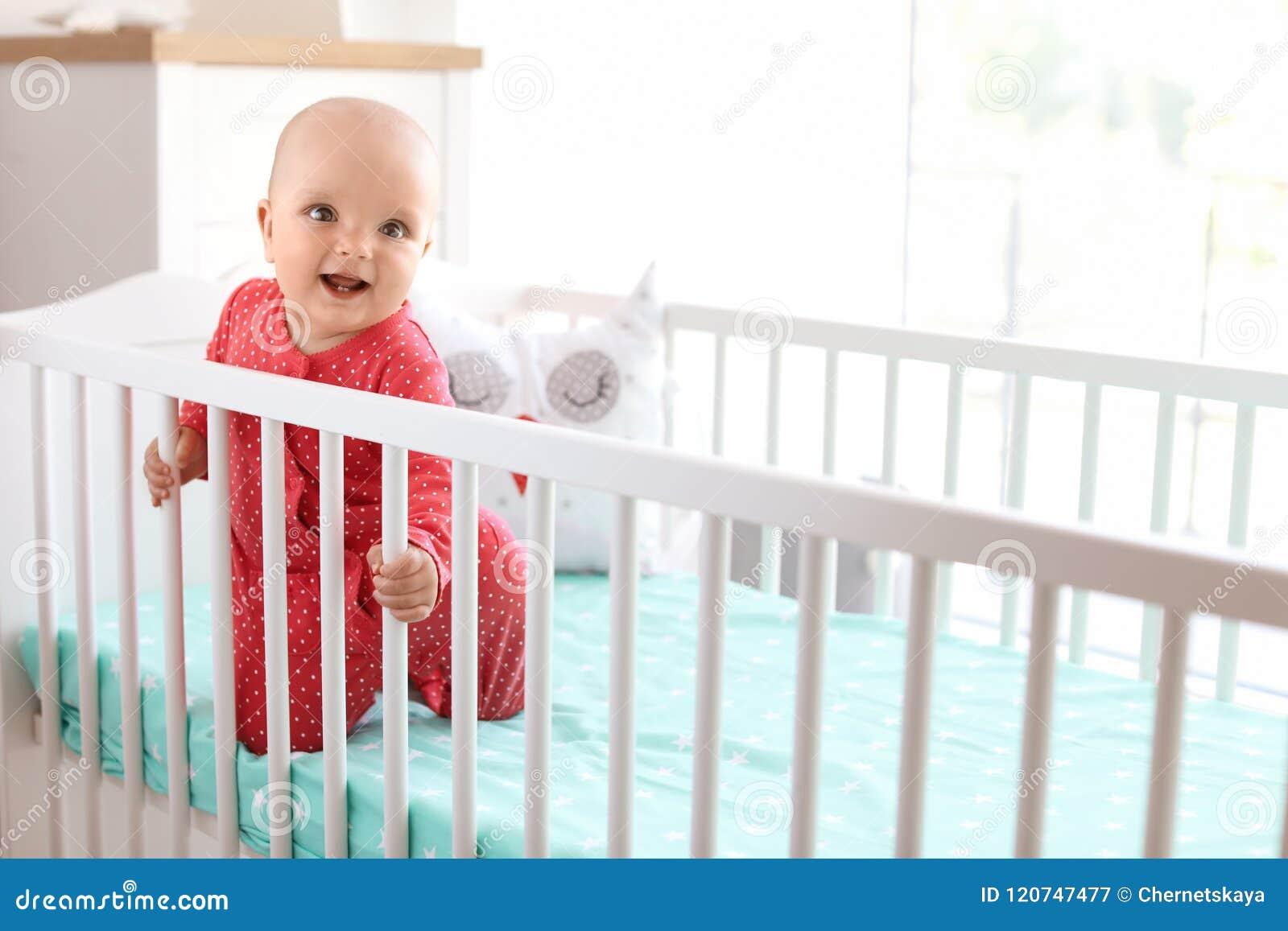 Leuk babymeisje in voederbak