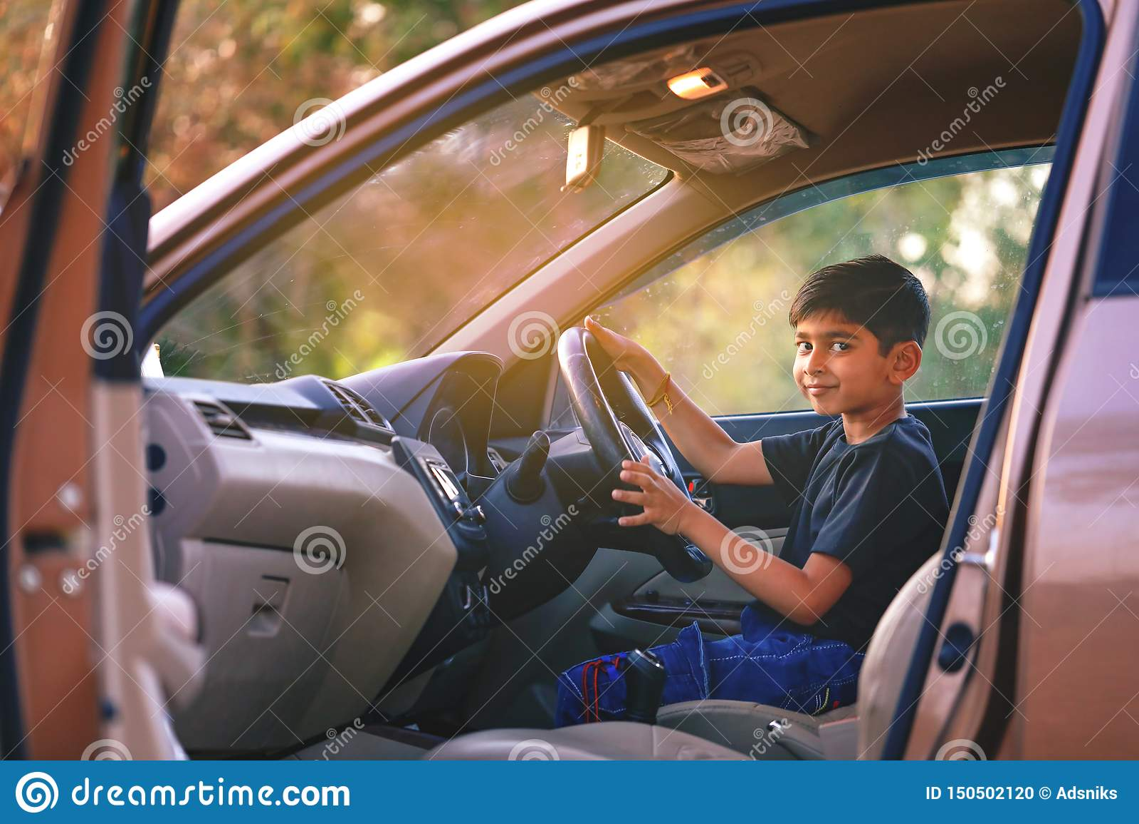 Leuk Indisch kind in auto