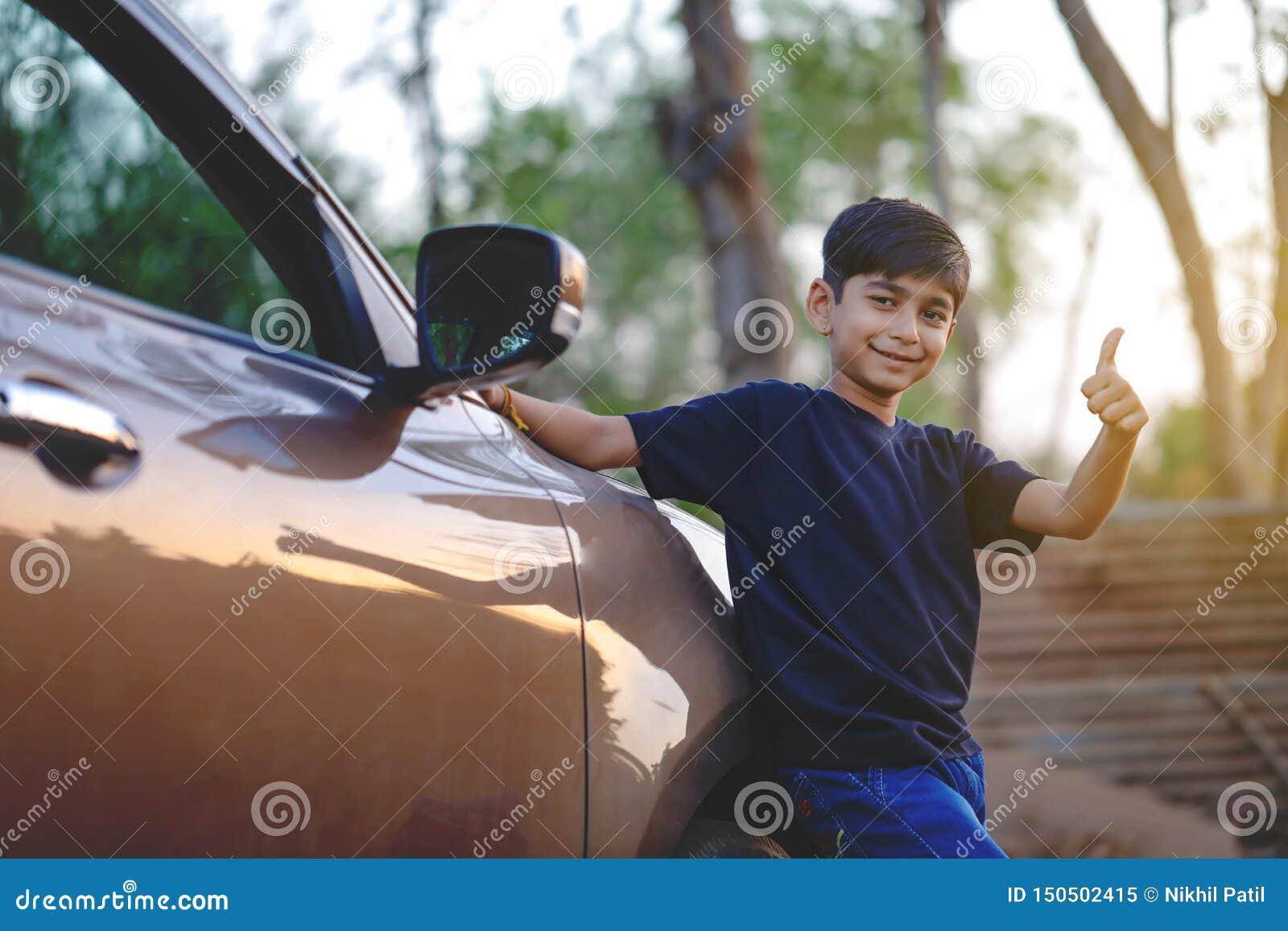 Leuk Indisch kind met auto