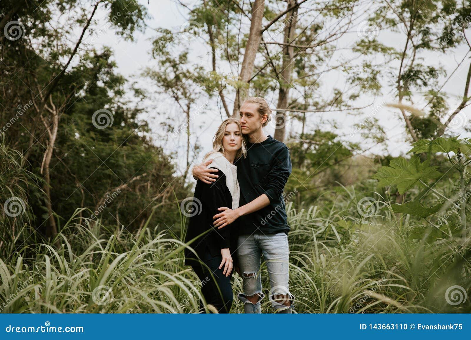 Leuk Jong Aantrekkelijk Daterend Paar die, en in Dicht Groen Tropisch Forest Jungle lachen kijken glimlachen