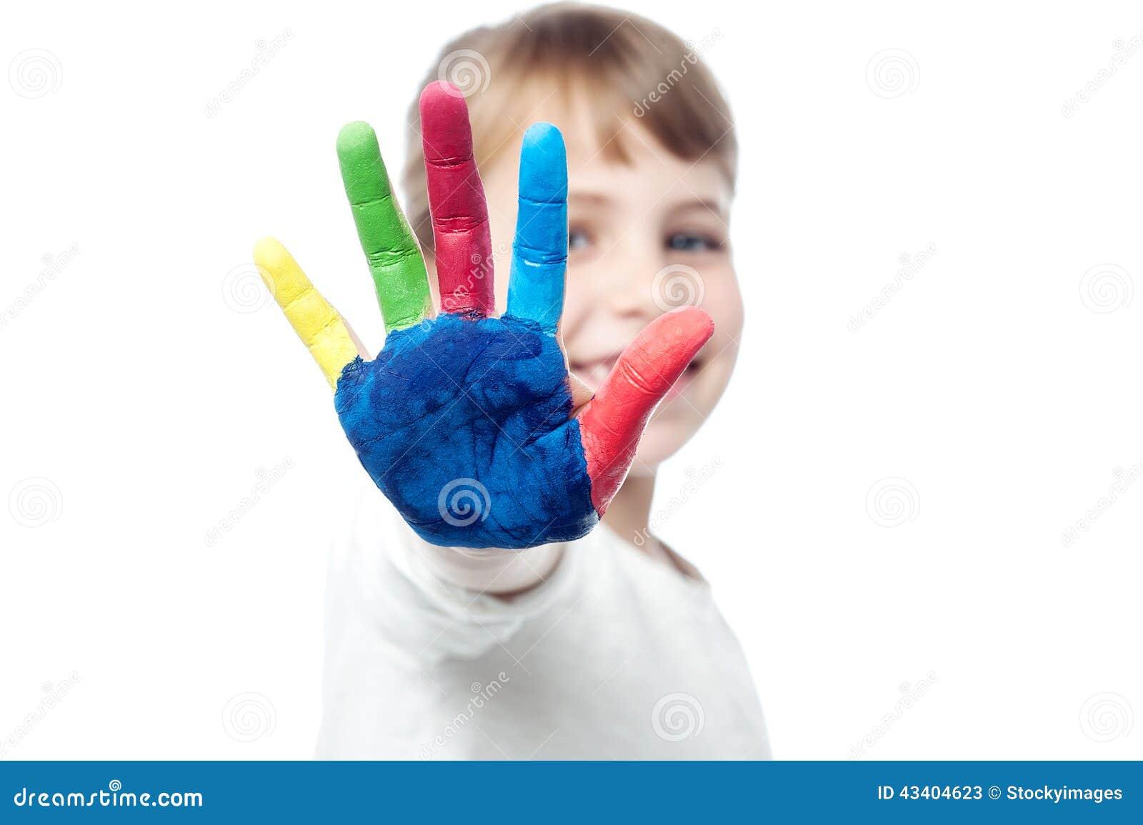 Leuk jong geitje die haar gekleurde hand tonen