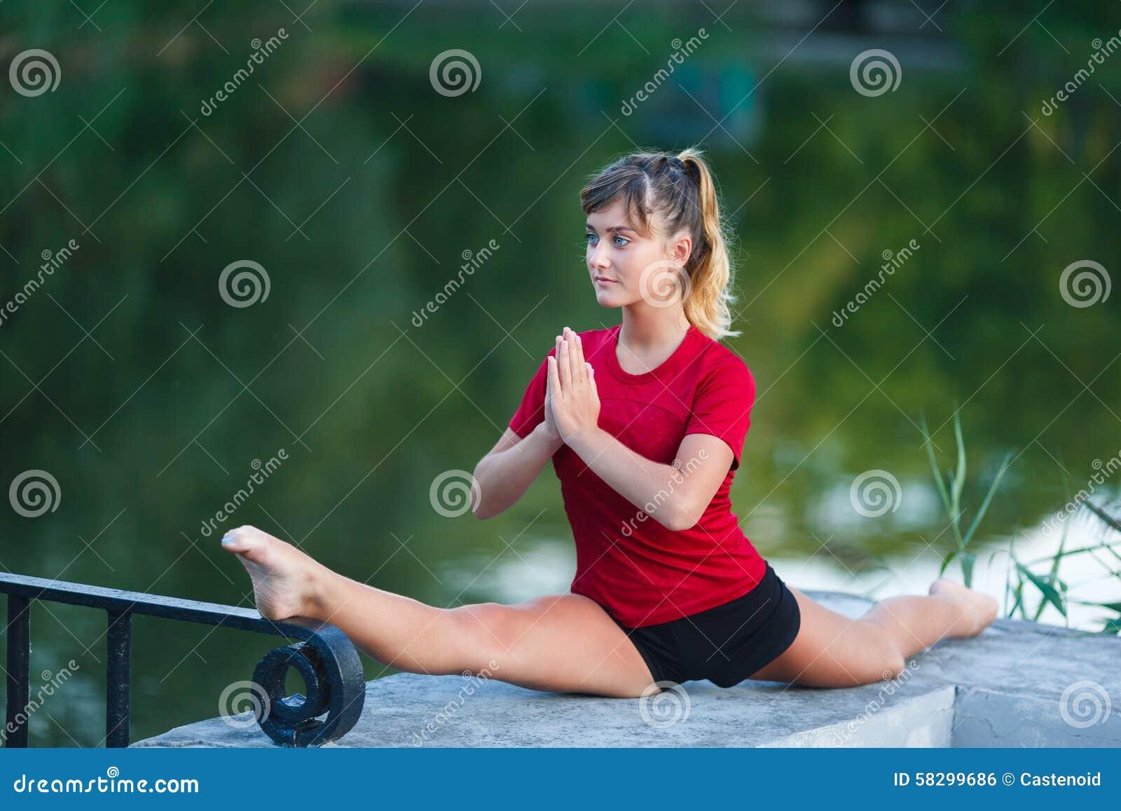 Leuk jong meisje die yogaoefeningen doen