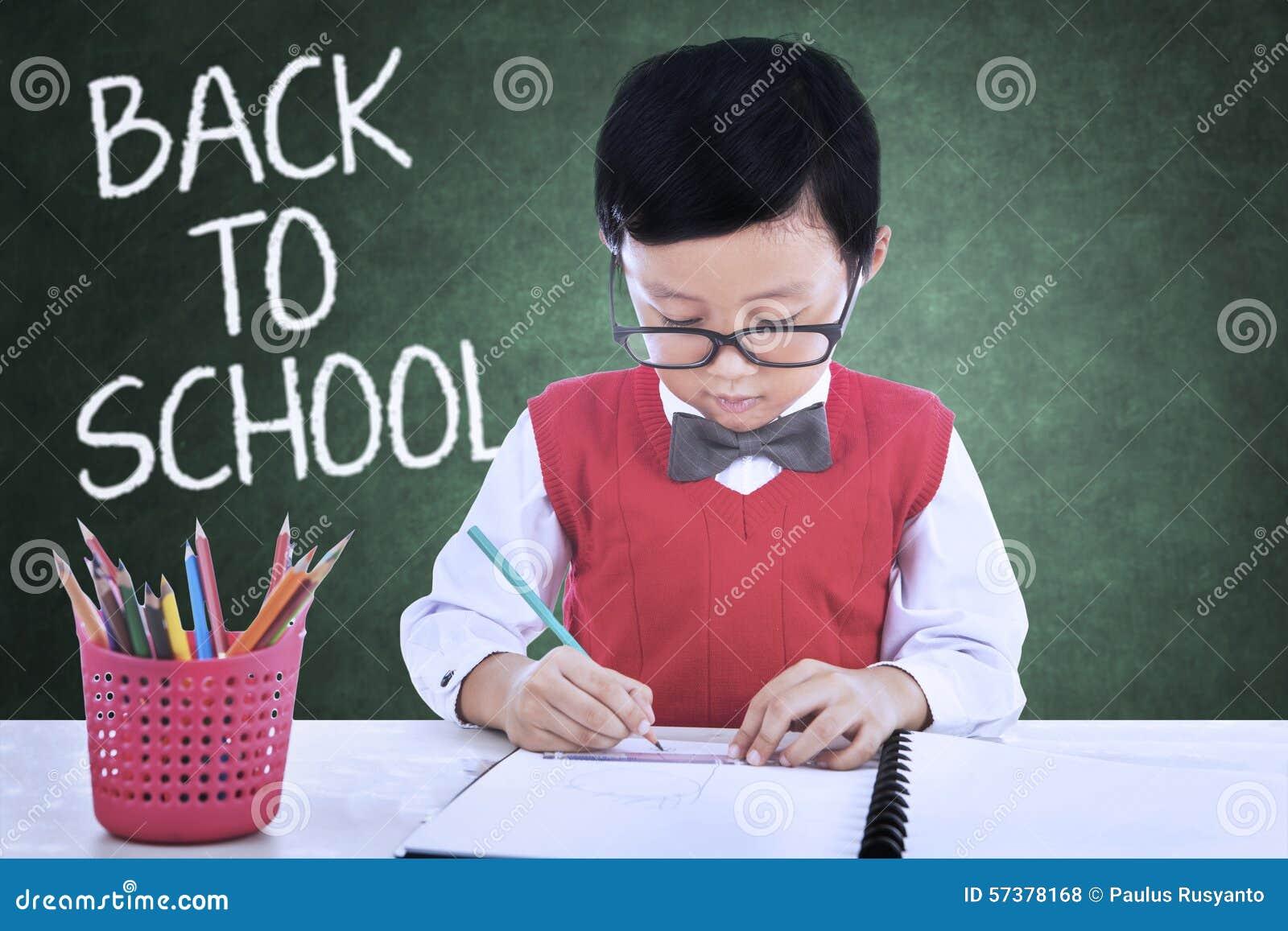 Leuk kind terug naar school en tekening in klasse