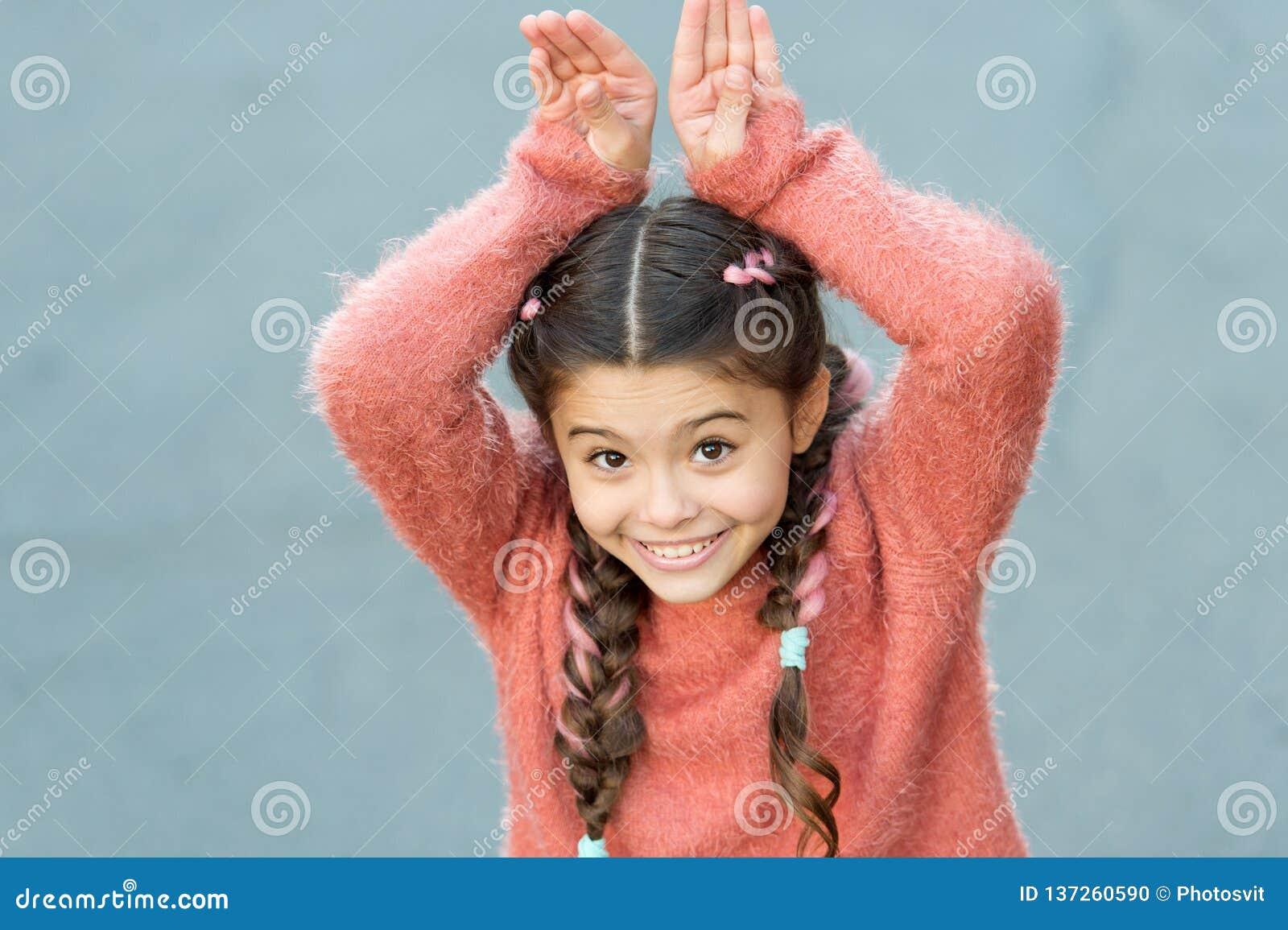 Leuk Konijntje Gelukkige Pasen Het meisje van het vakantiekonijntje het stellen als konijn grijze achtergrond Kind het glimlachen