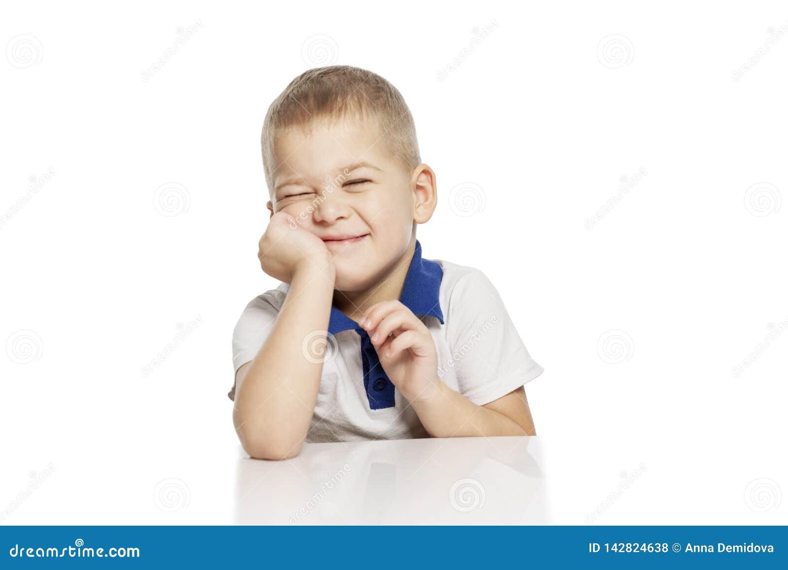 Leuk lacht weinig jongen, geïsoleerd op witte achtergrond