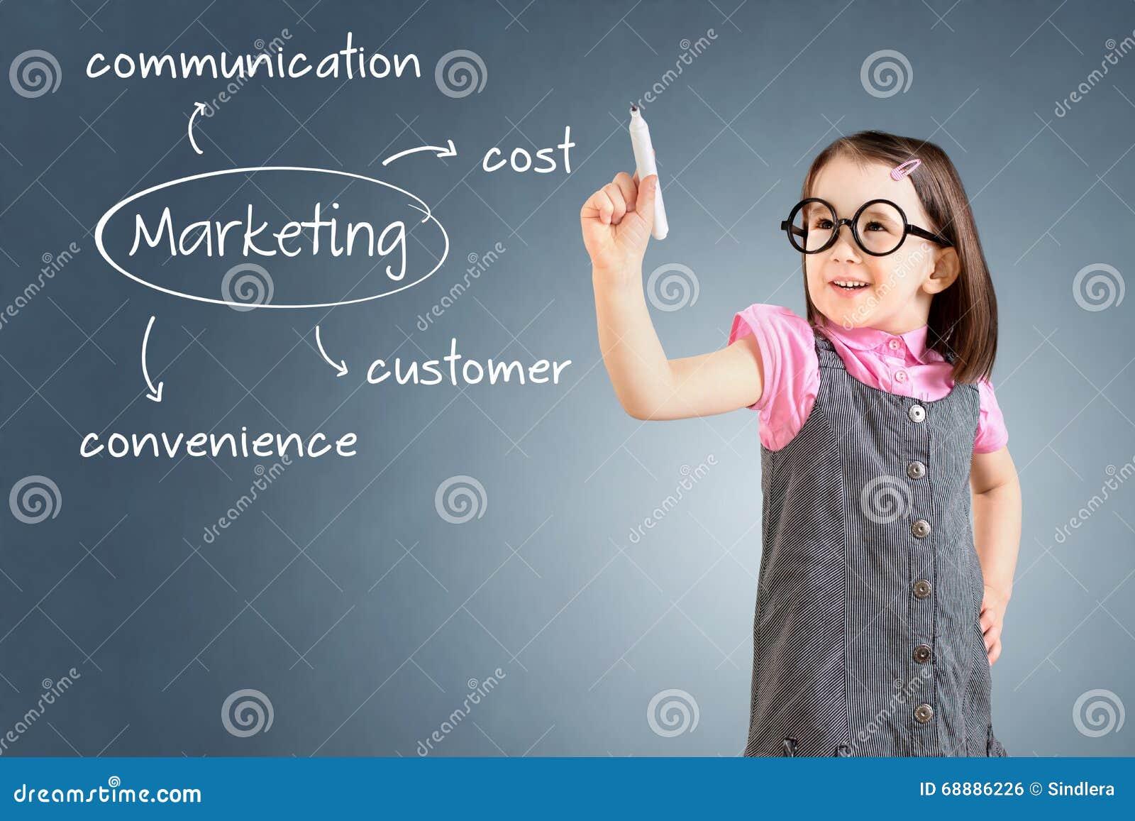 Leuk meisje die bedrijfskleding dragen en marketing concept schrijven - klant, kosten, gemak, mededeling Blauwe backgroun