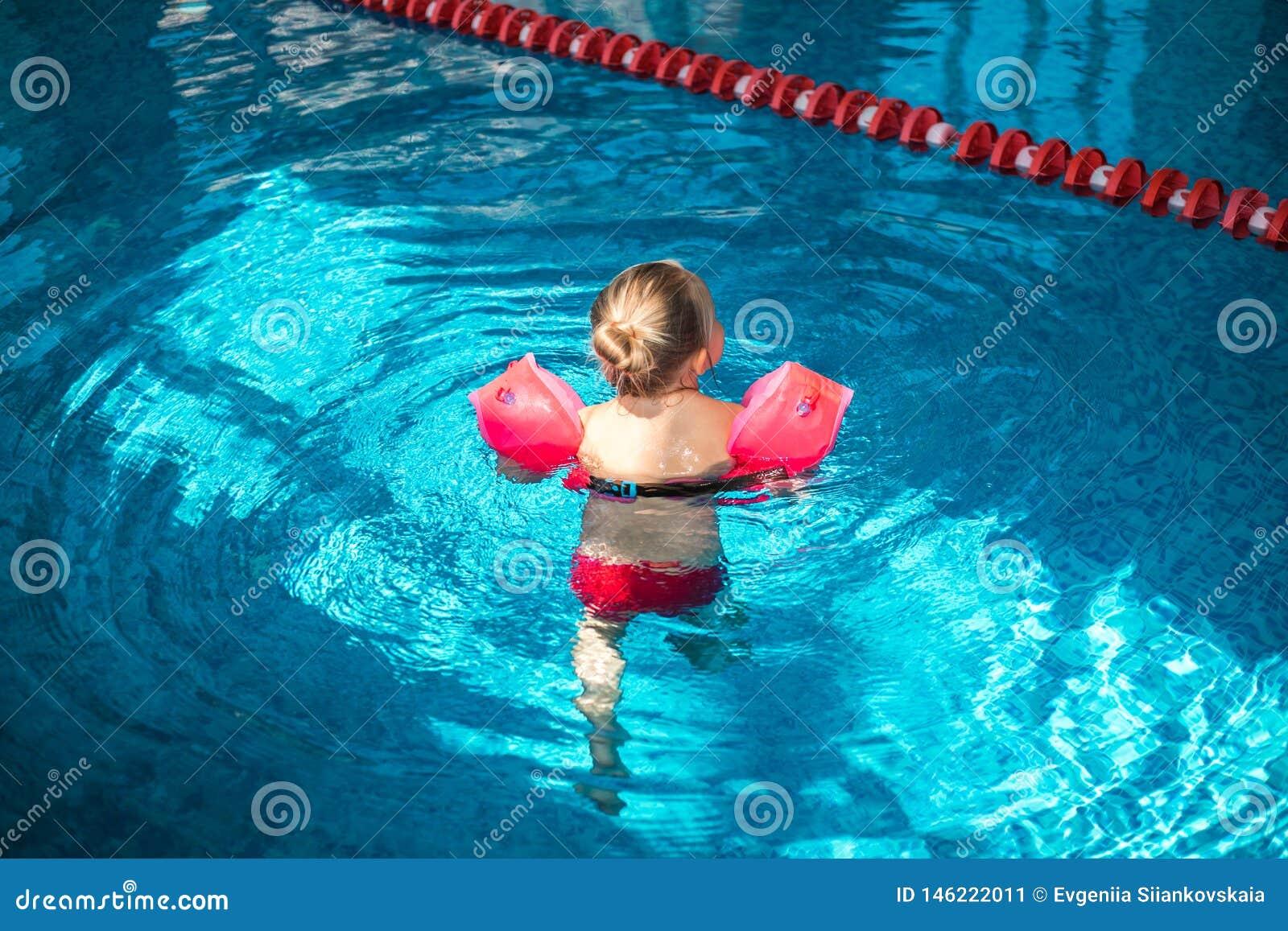 Leuk meisje die in de pool zwemmen