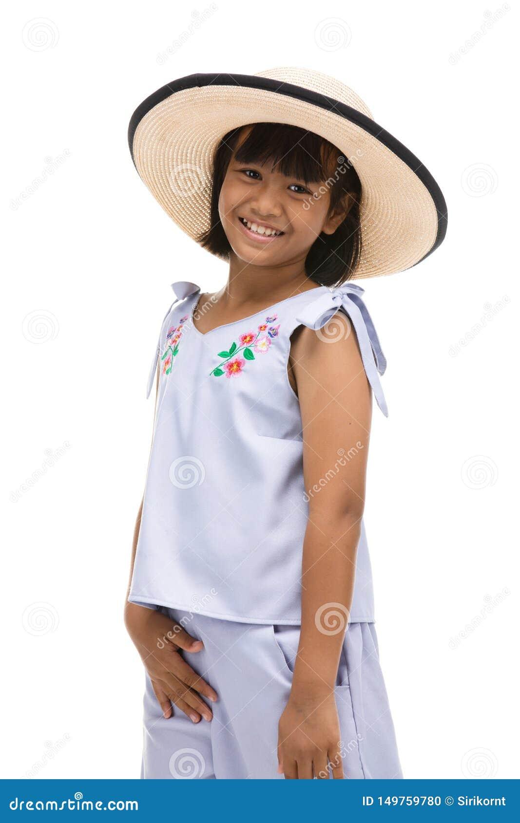 Leuk meisje die zich in het zwemmen slijtage en hoed op witte achtergrond bevinden