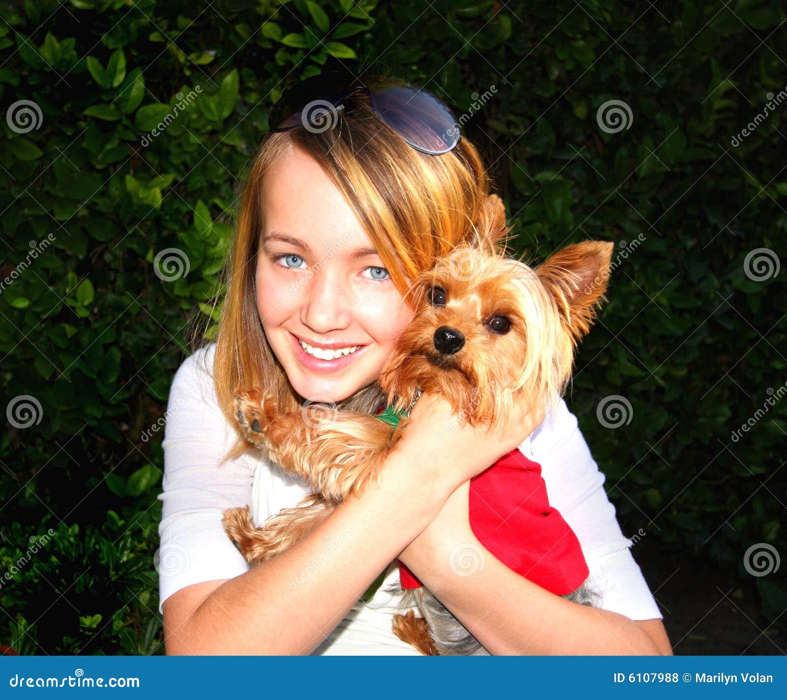 Leuk Meisje en Weinig Hond