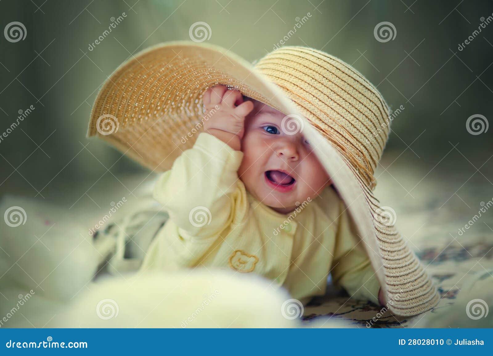 Leuk meisje in grote hoed