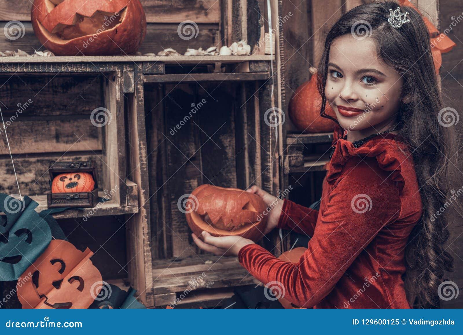 Leuk Meisje in Halloween-Kostuum met Gesneden Pompoen