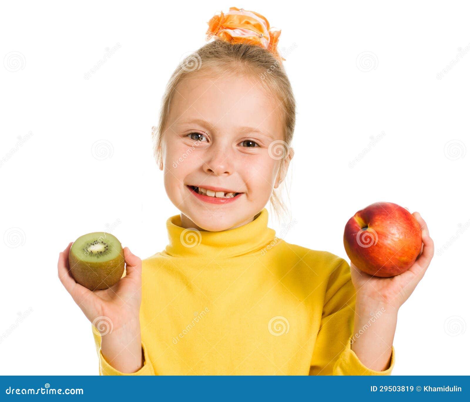 Leuk meisje met een appel en een kiwi