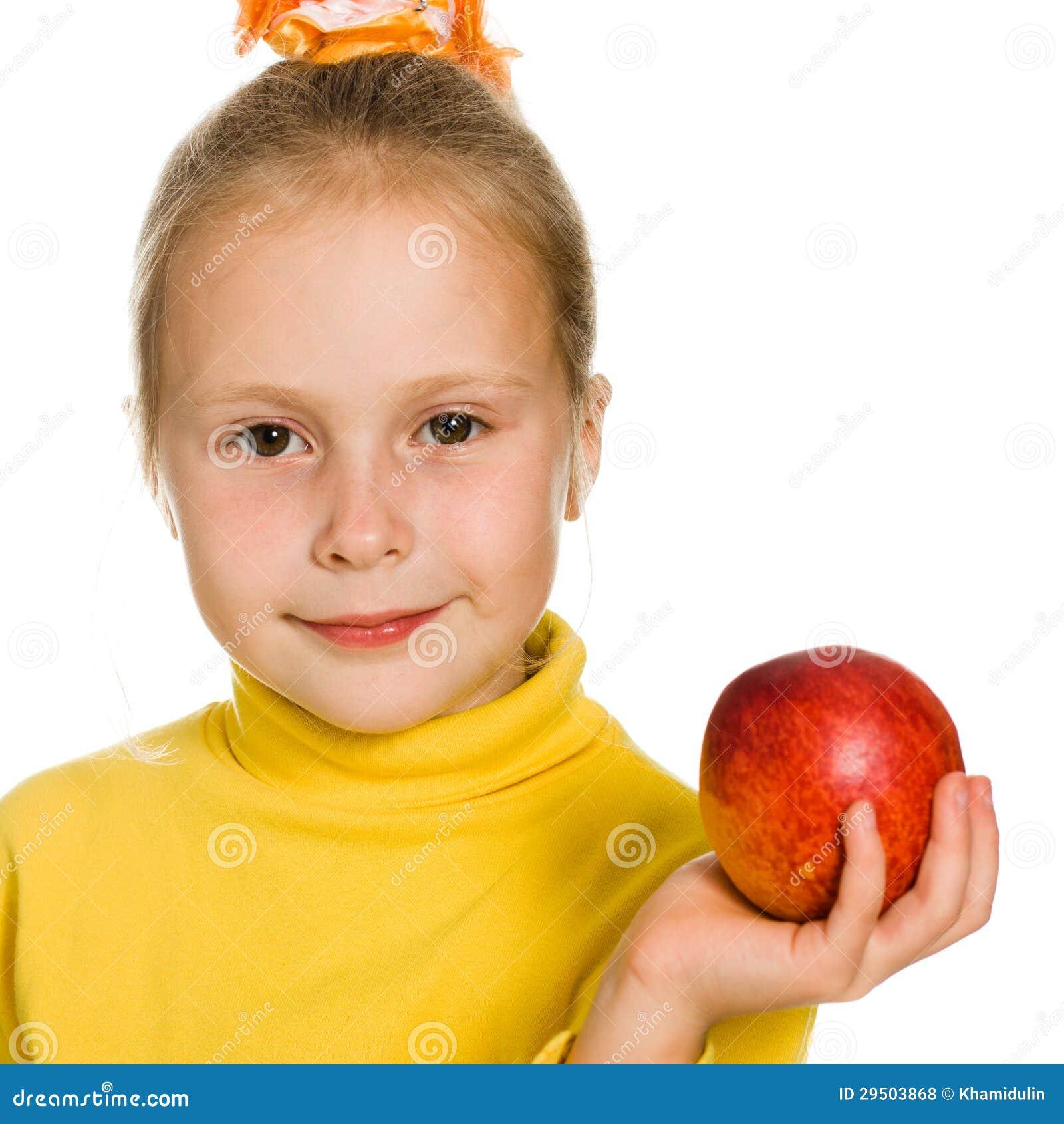 Leuk meisje met een appel in zijn hand