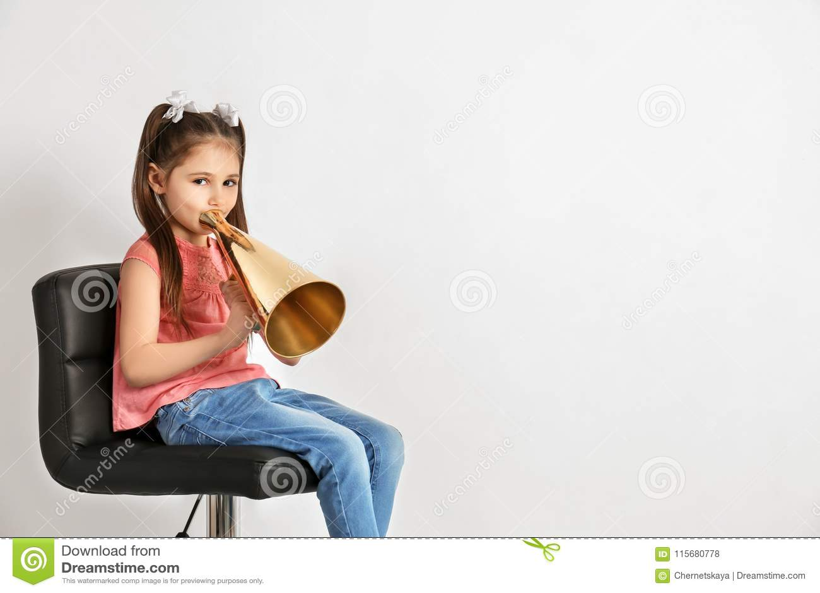 Leuk meisje met megafoon