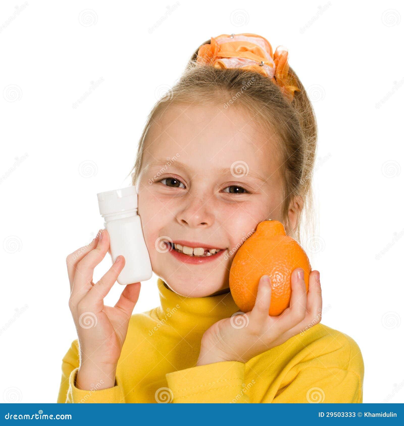 Leuk meisje met sinaasappel en fles