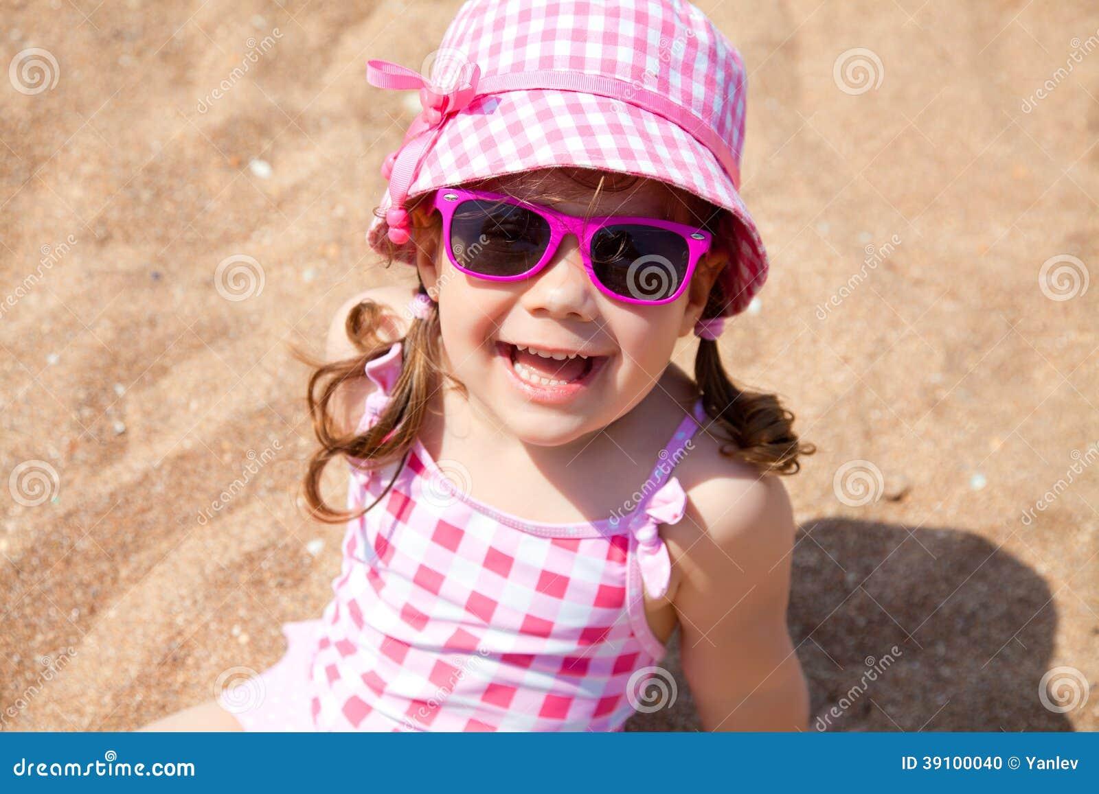 Leuk meisje op het strand