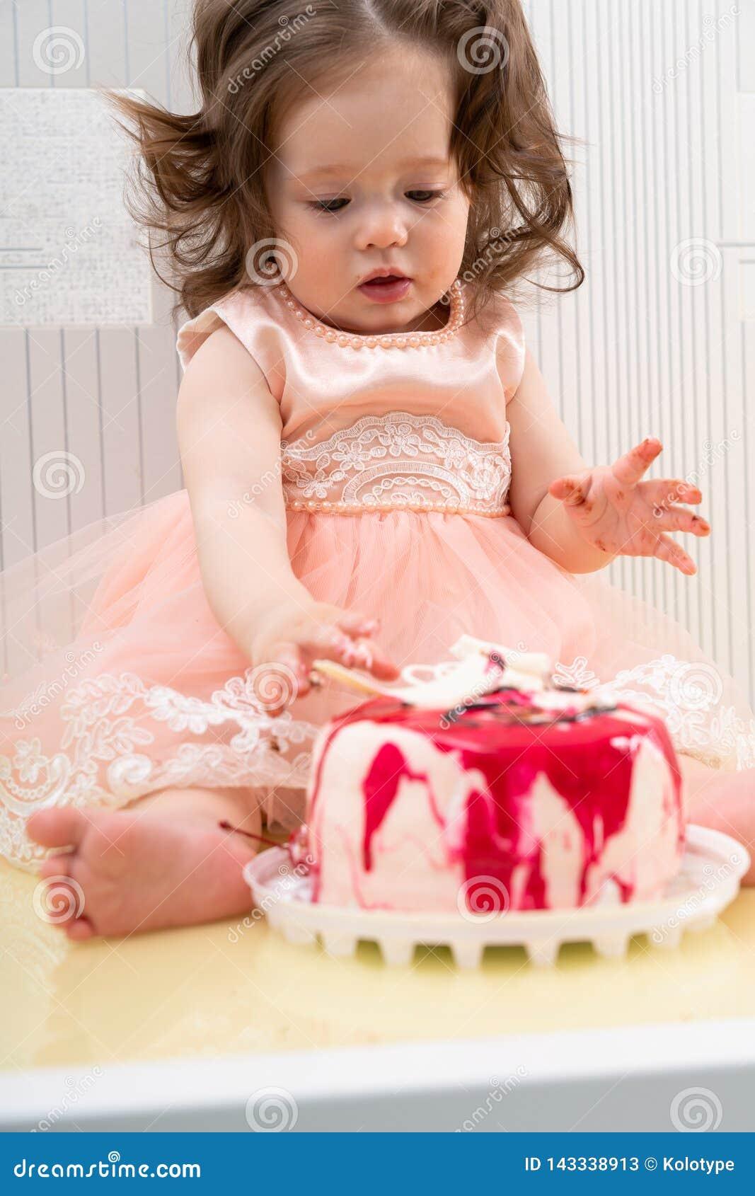Leuk meisje wat betreft zoete cake