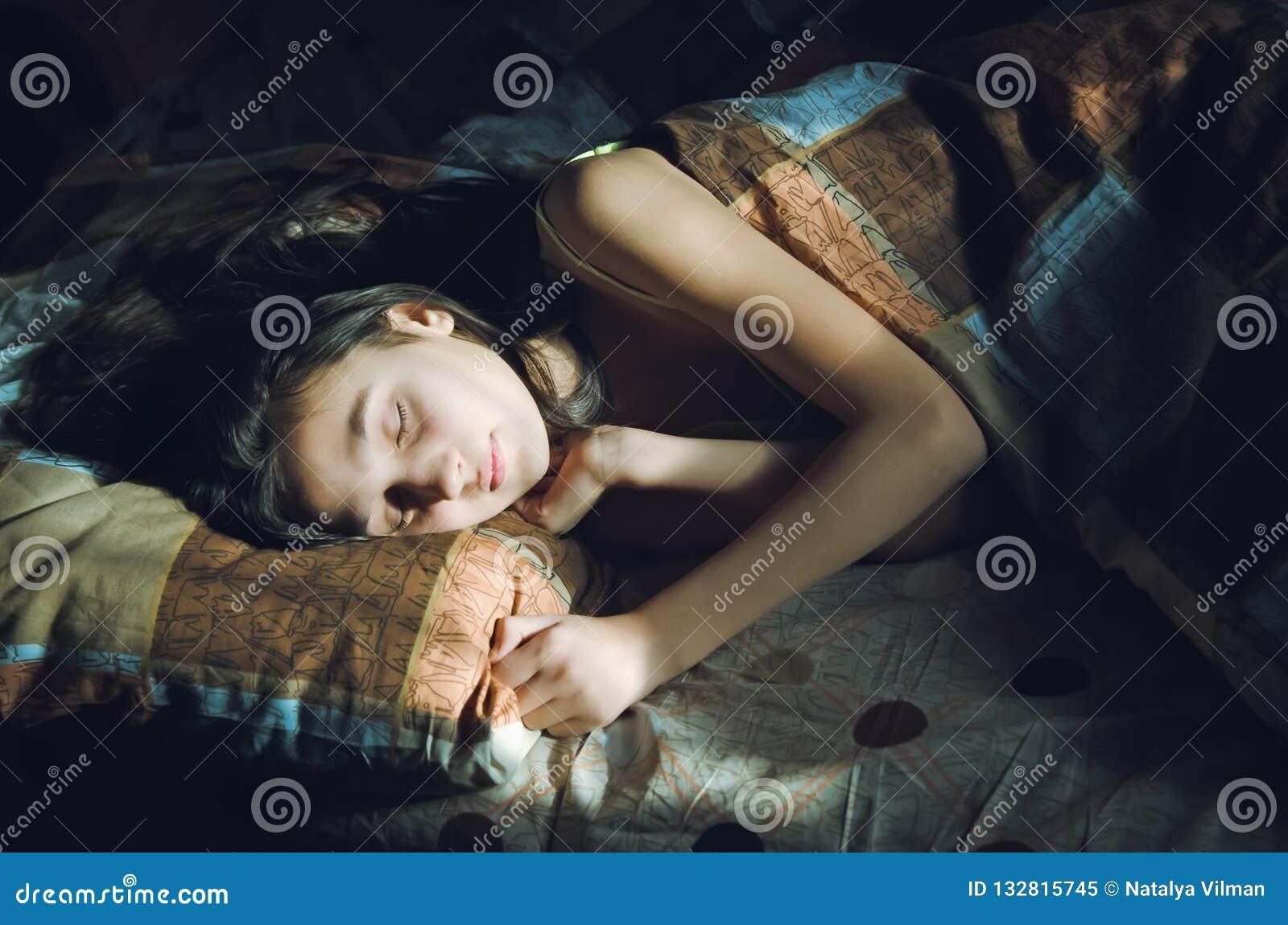 Leuk slaapmeisje in bed