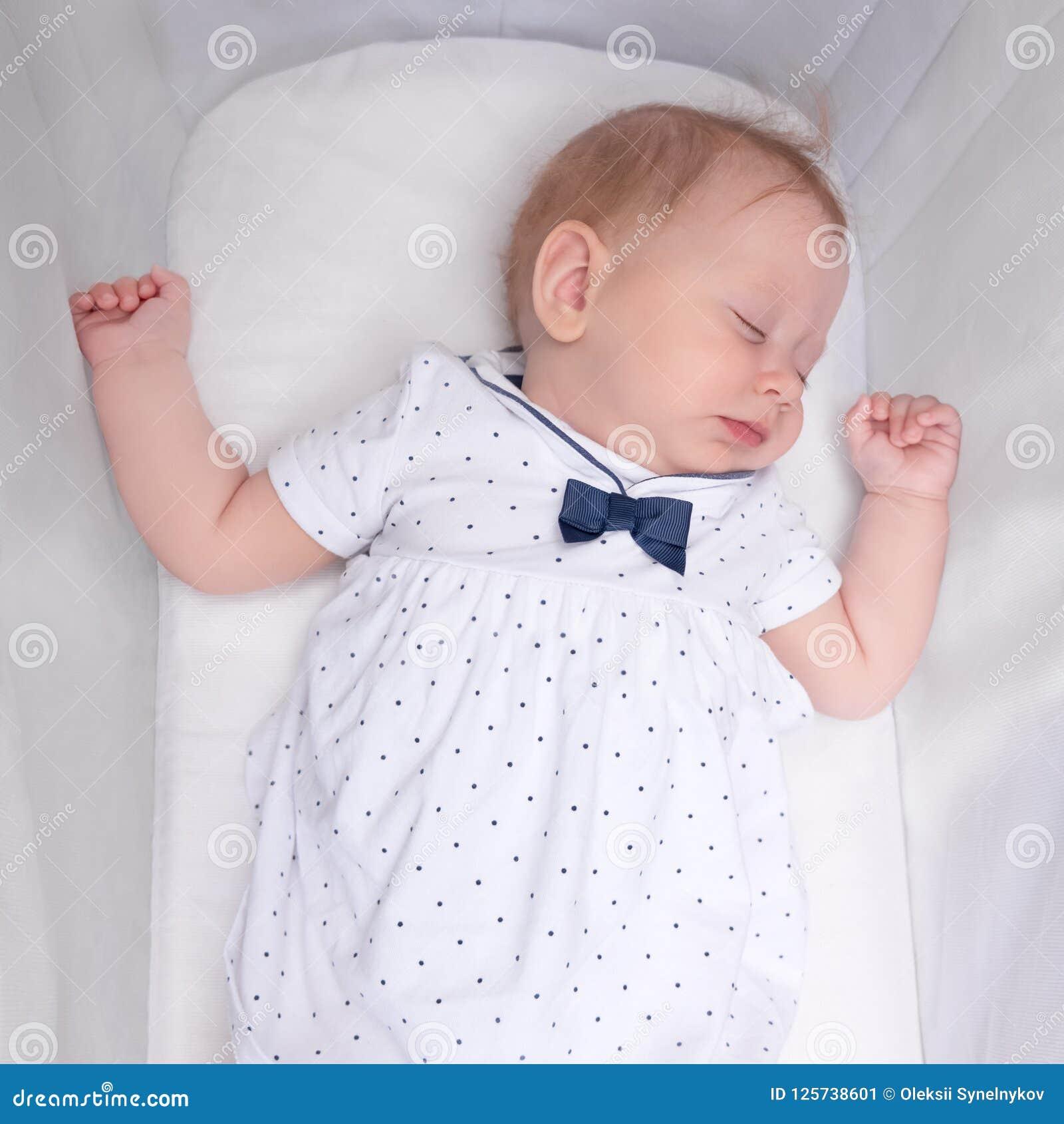 Leuk slaapmeisje Het concept van de babyslaap Pasgeboren baby in haar voederbak
