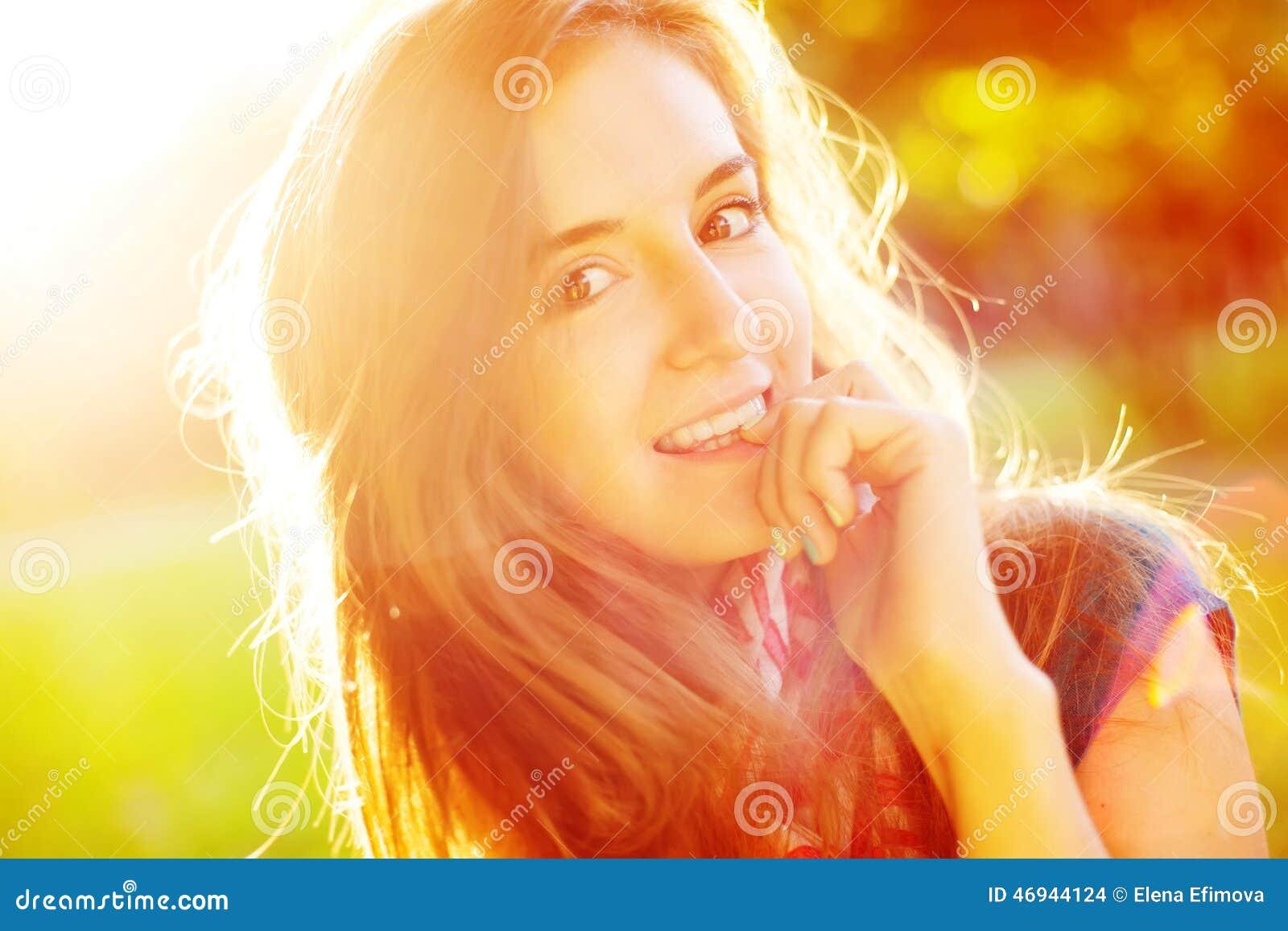 Leuk vrolijk meisje in de zonneschijn